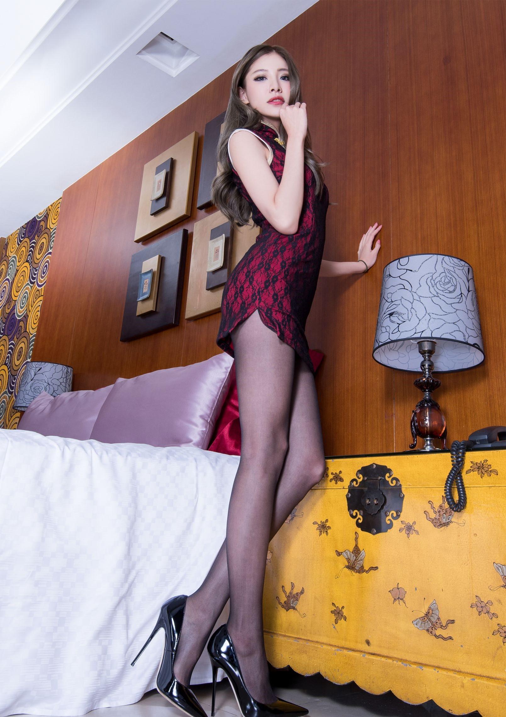セクシーチャイナドレスを着たBEAUTYLEG Abby