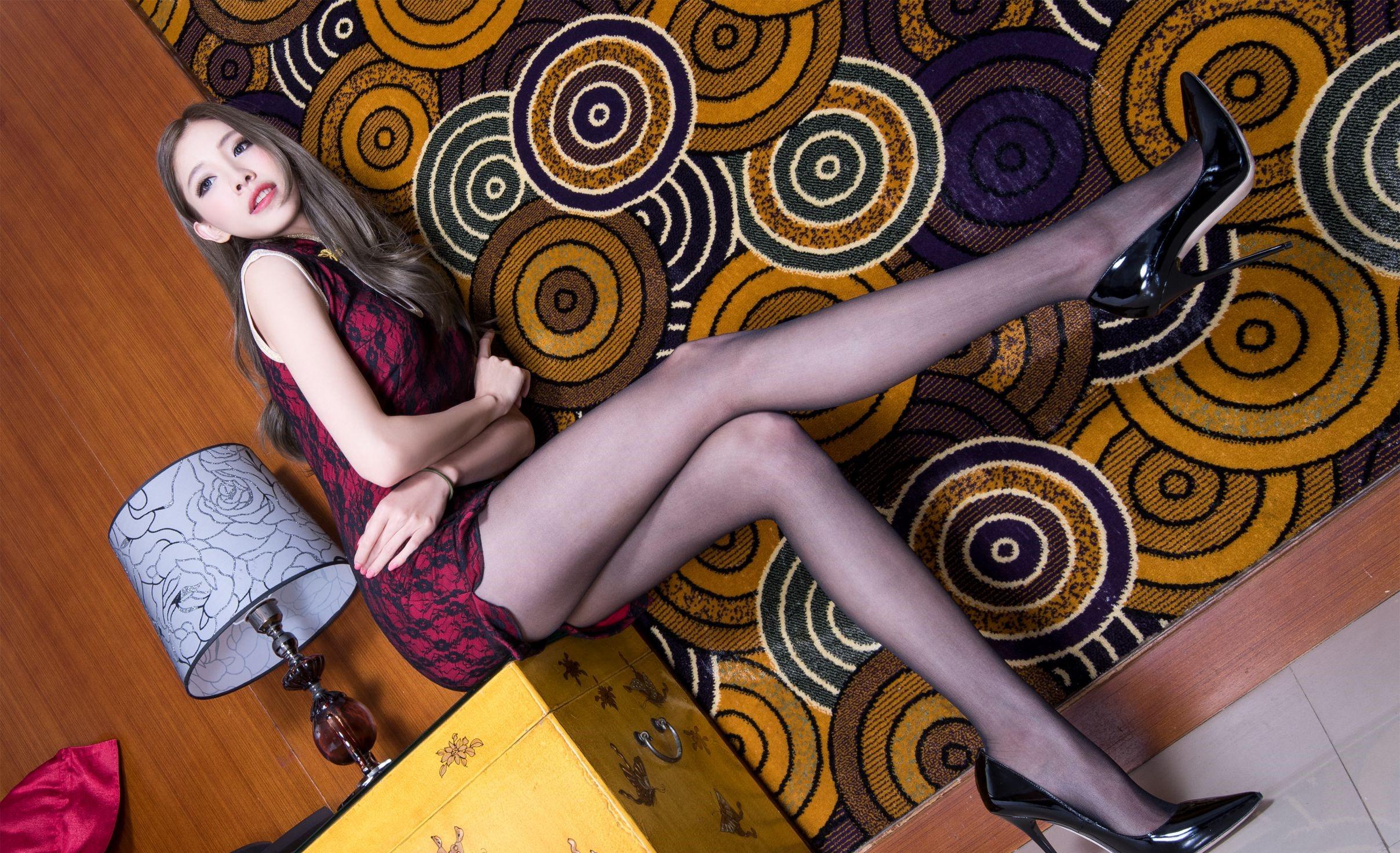 パンスト脚を見せつけるチャイナ美女 10