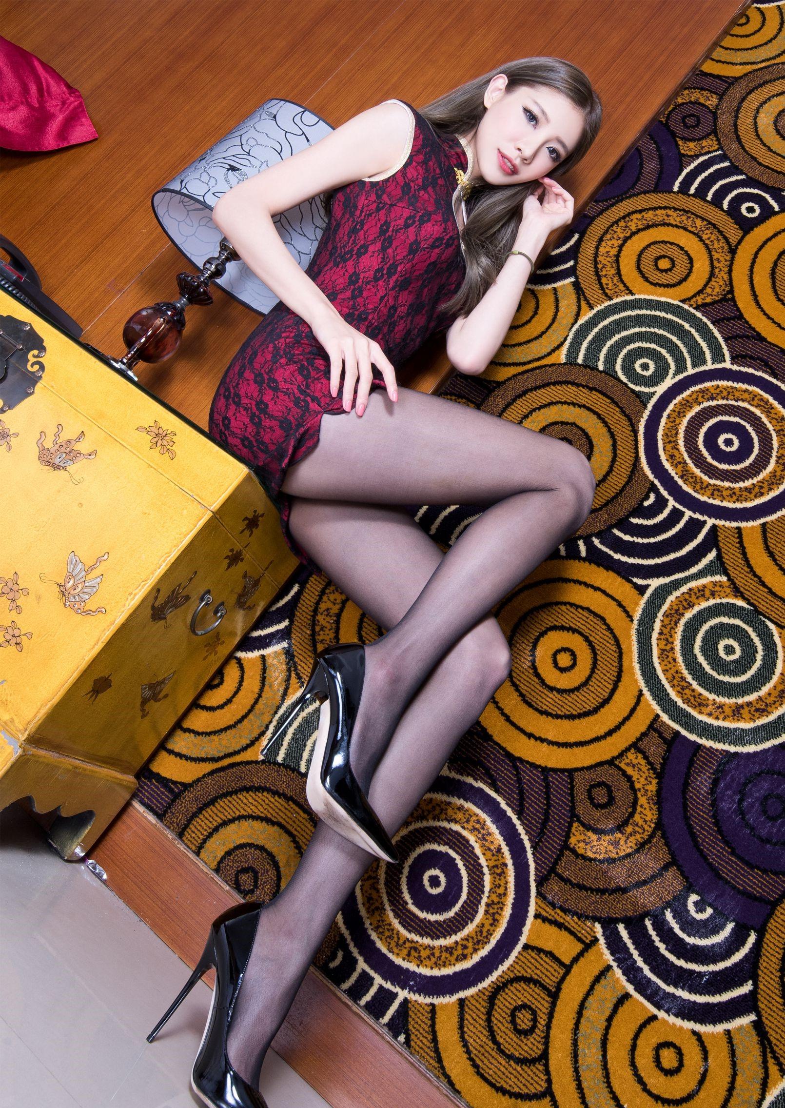 パンスト脚を見せつけるチャイナ美女 11