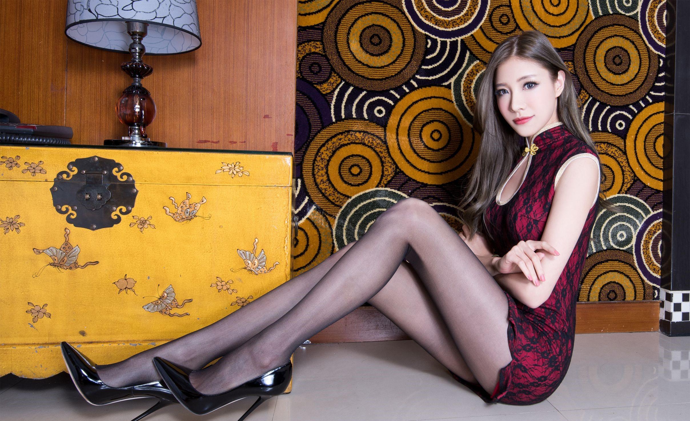 パンスト脚を見せつけるチャイナ美女 14