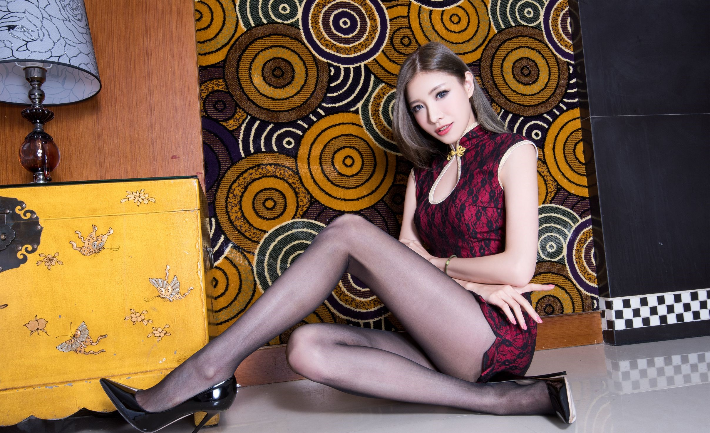 パンスト脚を見せつけるチャイナ美女 18