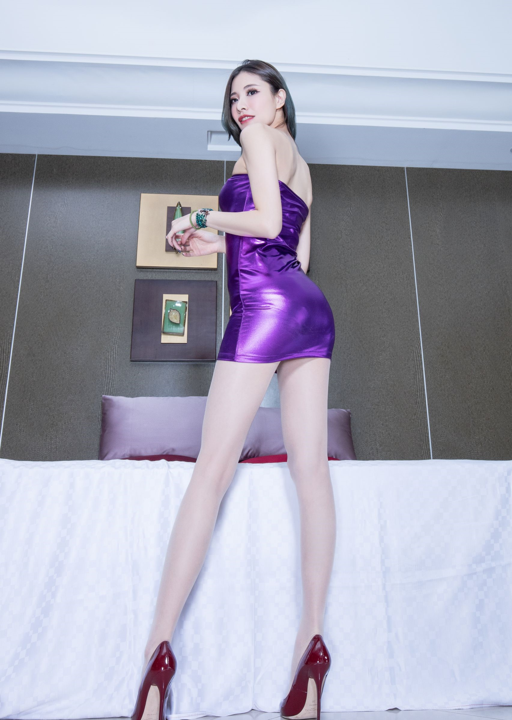 ボディコンドレスを着たBEAUTYLEG Abby 2