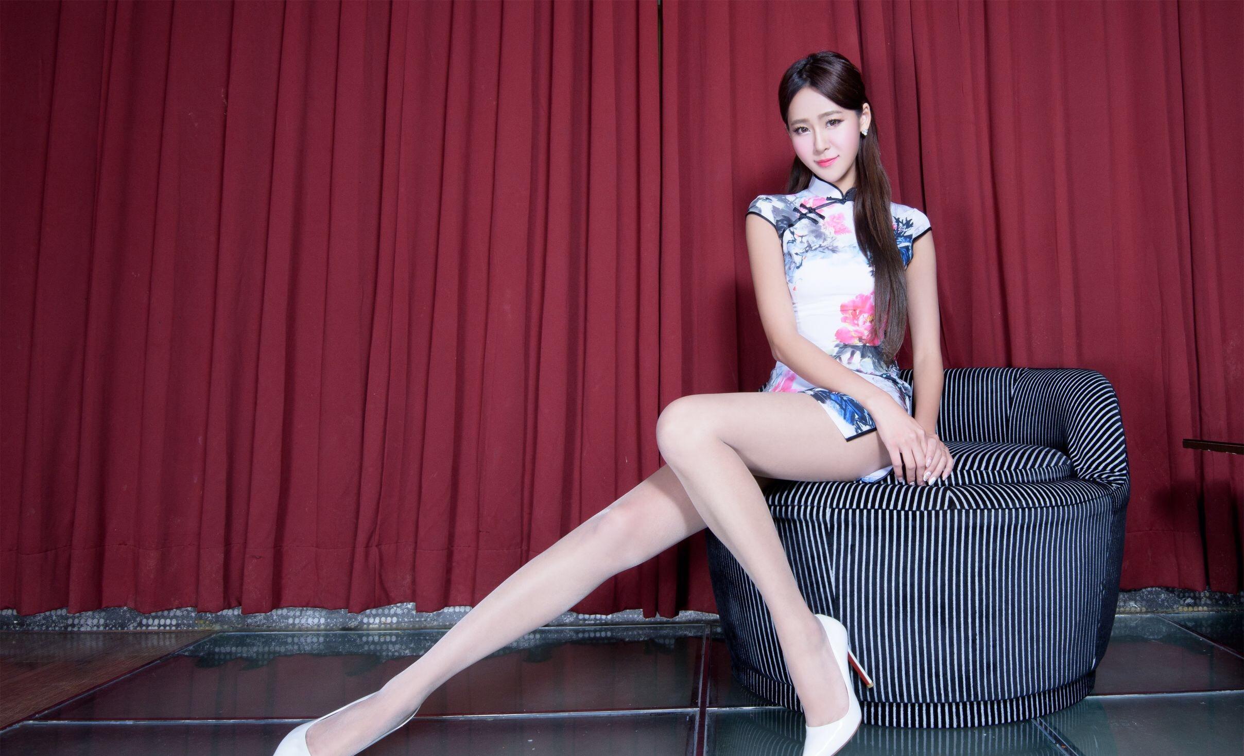チャイナドレスから伸びるBEAUTYLEG Winnieのセクシーな美脚