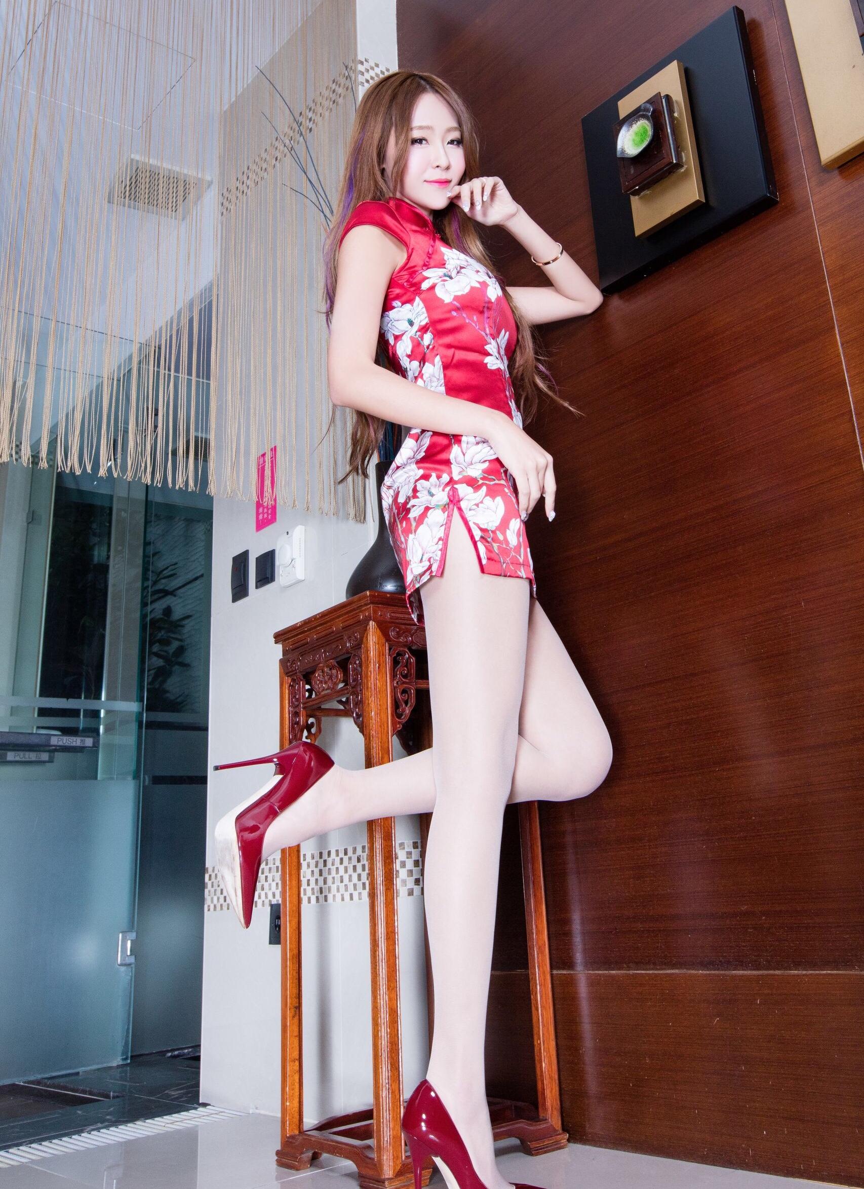赤チャイナドレスを着たBEAUTYLEG Winnieの美脚 5
