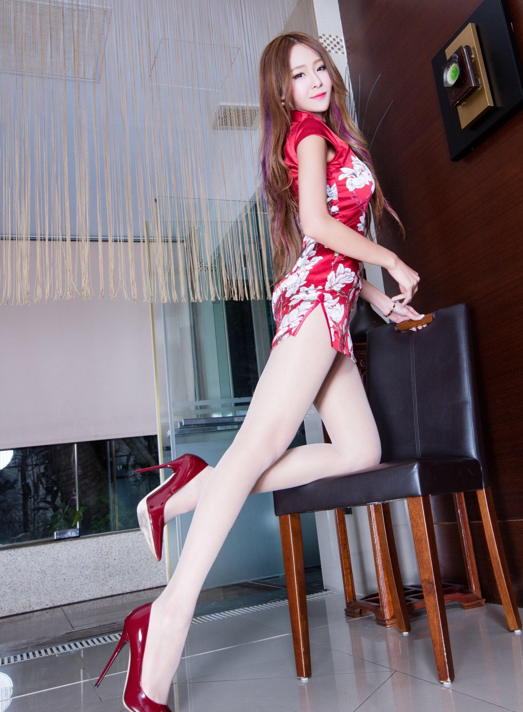 赤チャイナドレスを着たBEAUTYLEG Winnieの美脚 15