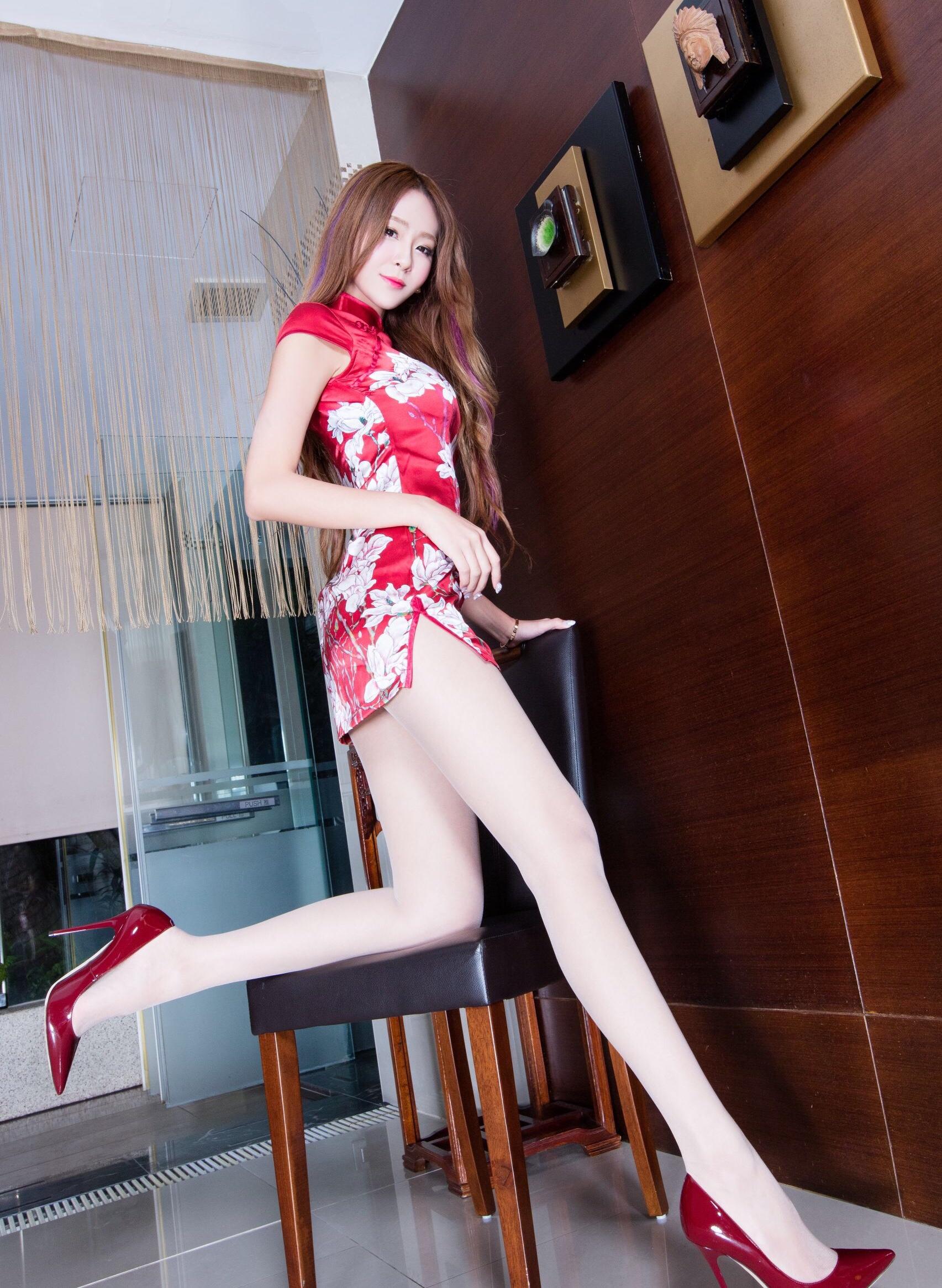 赤チャイナドレスを着たBEAUTYLEG Winnieの美脚 11