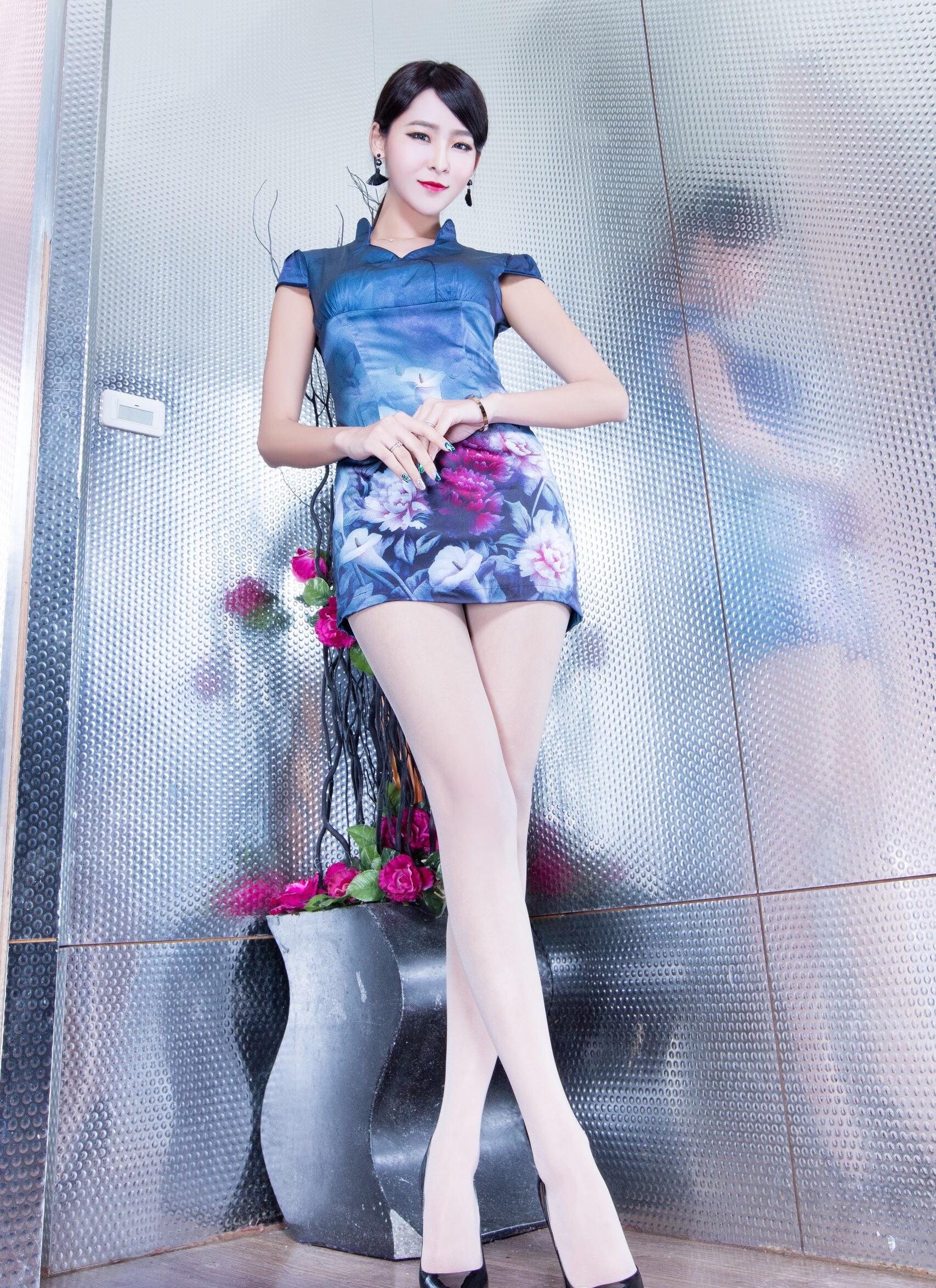 チャイナドレスを着たWinnieの美脚 3