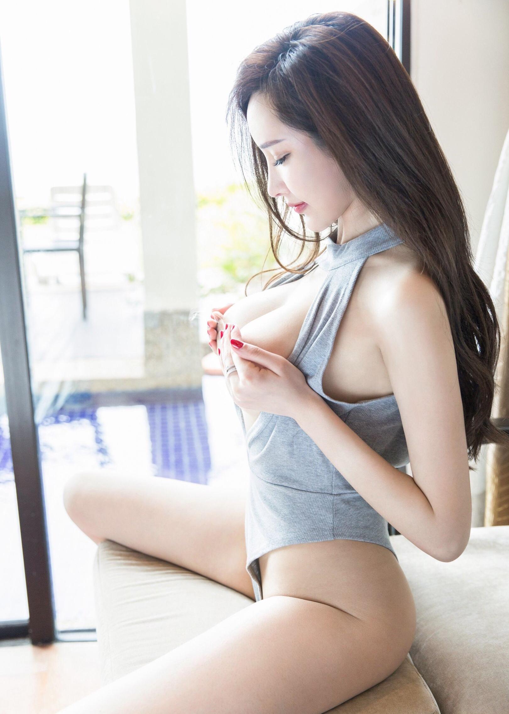 手ブラで巨乳を隠すZhou Yanxi周妍希 2