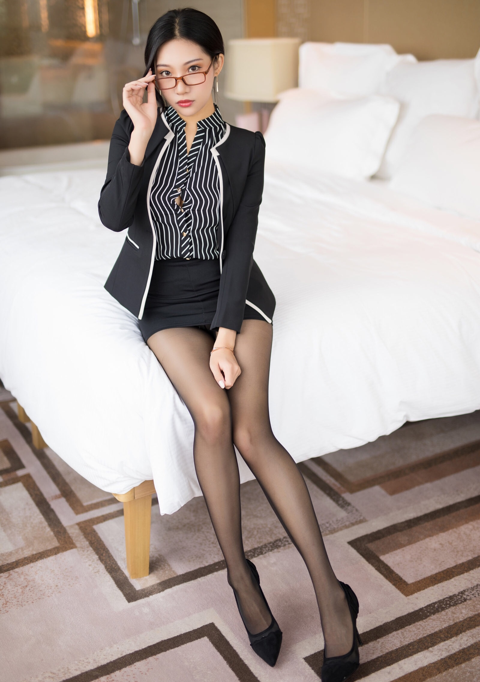 OL美女の黒パンスト足 7