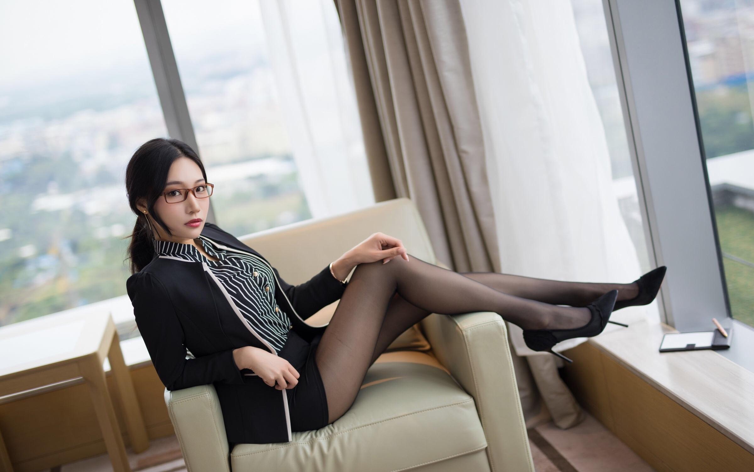 OL美女の黒パンスト足 10