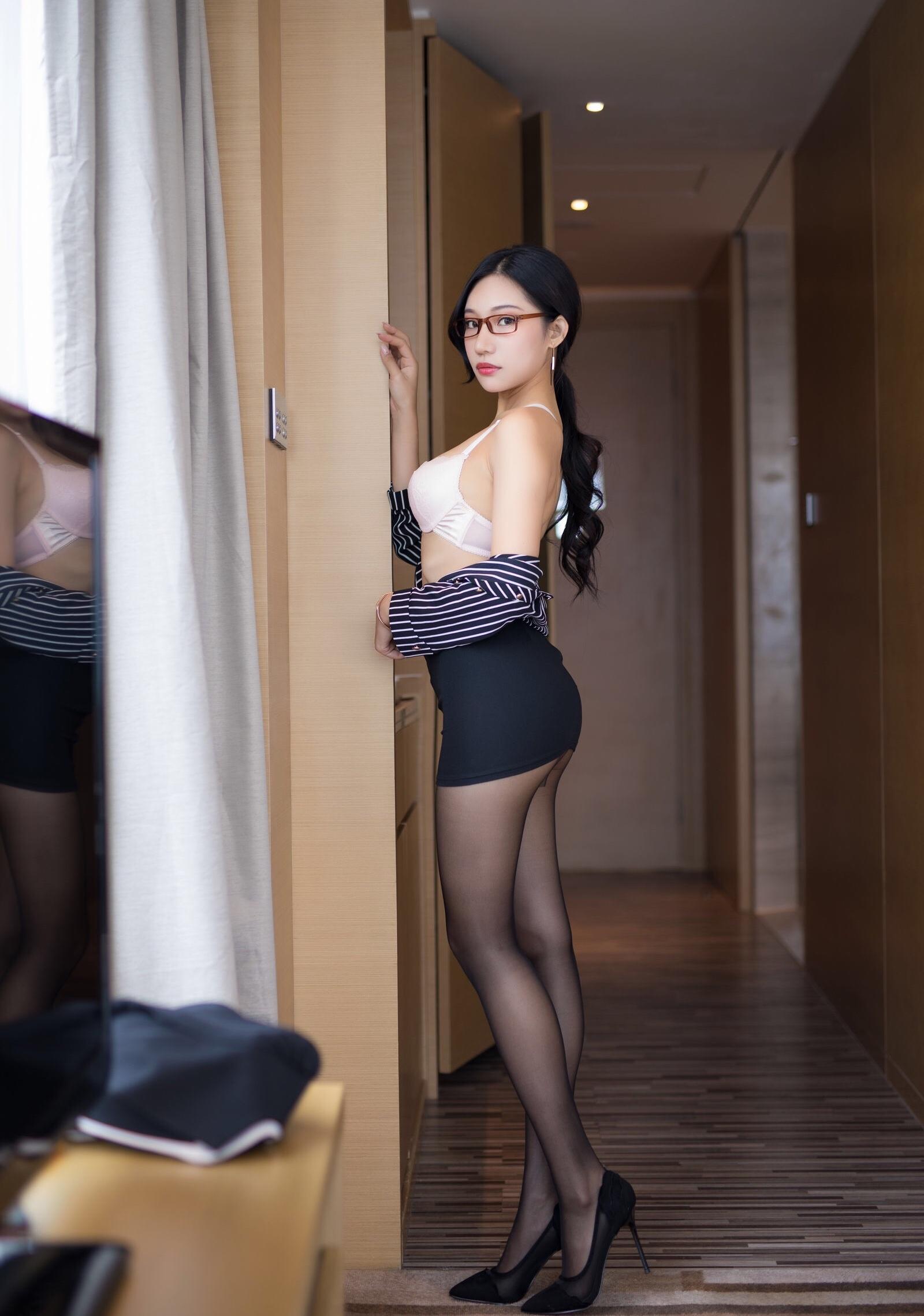 下着を見せ誘惑するOL美女 4