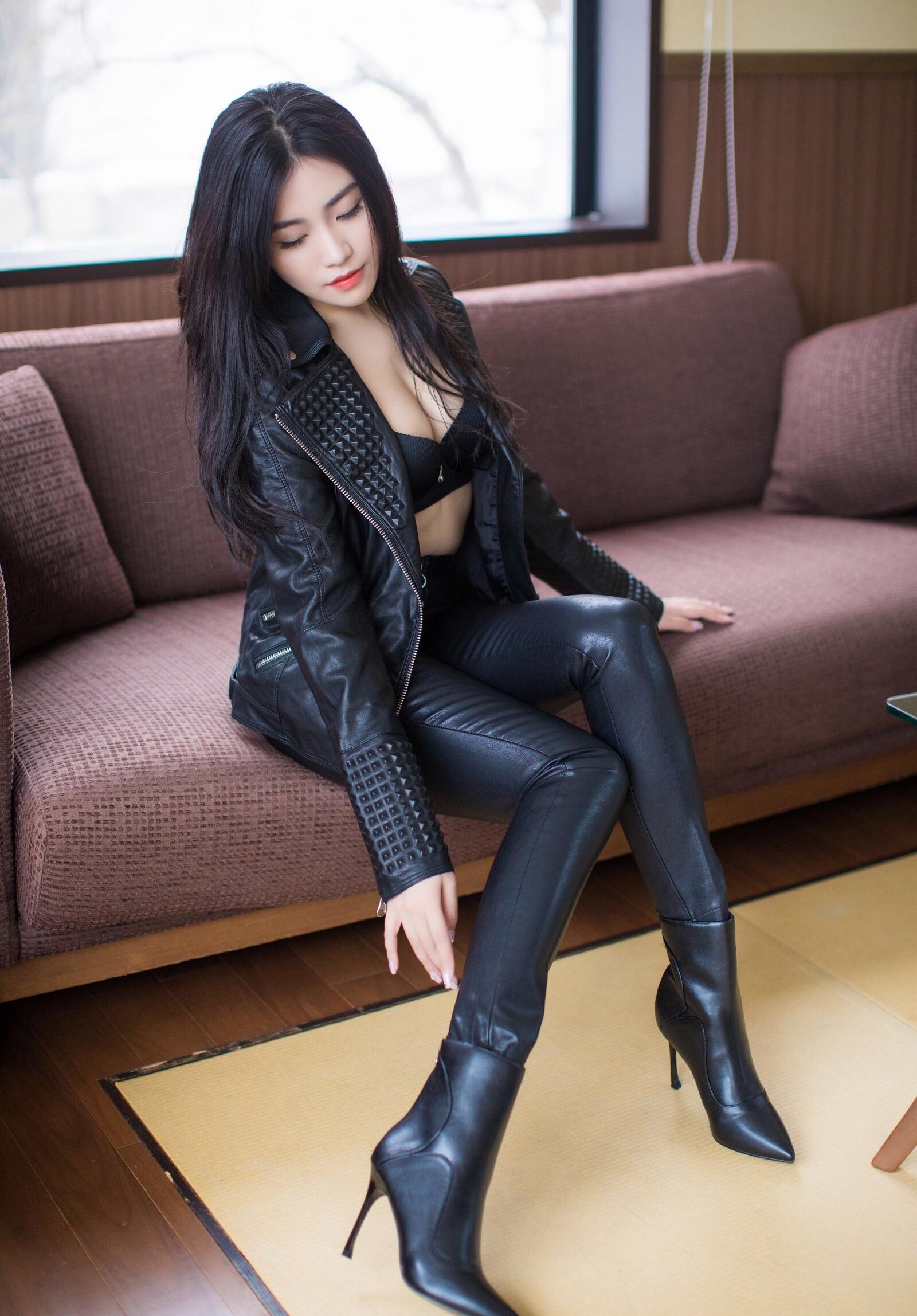 Xu Nuoのセクシーなレザーパンツ足 2