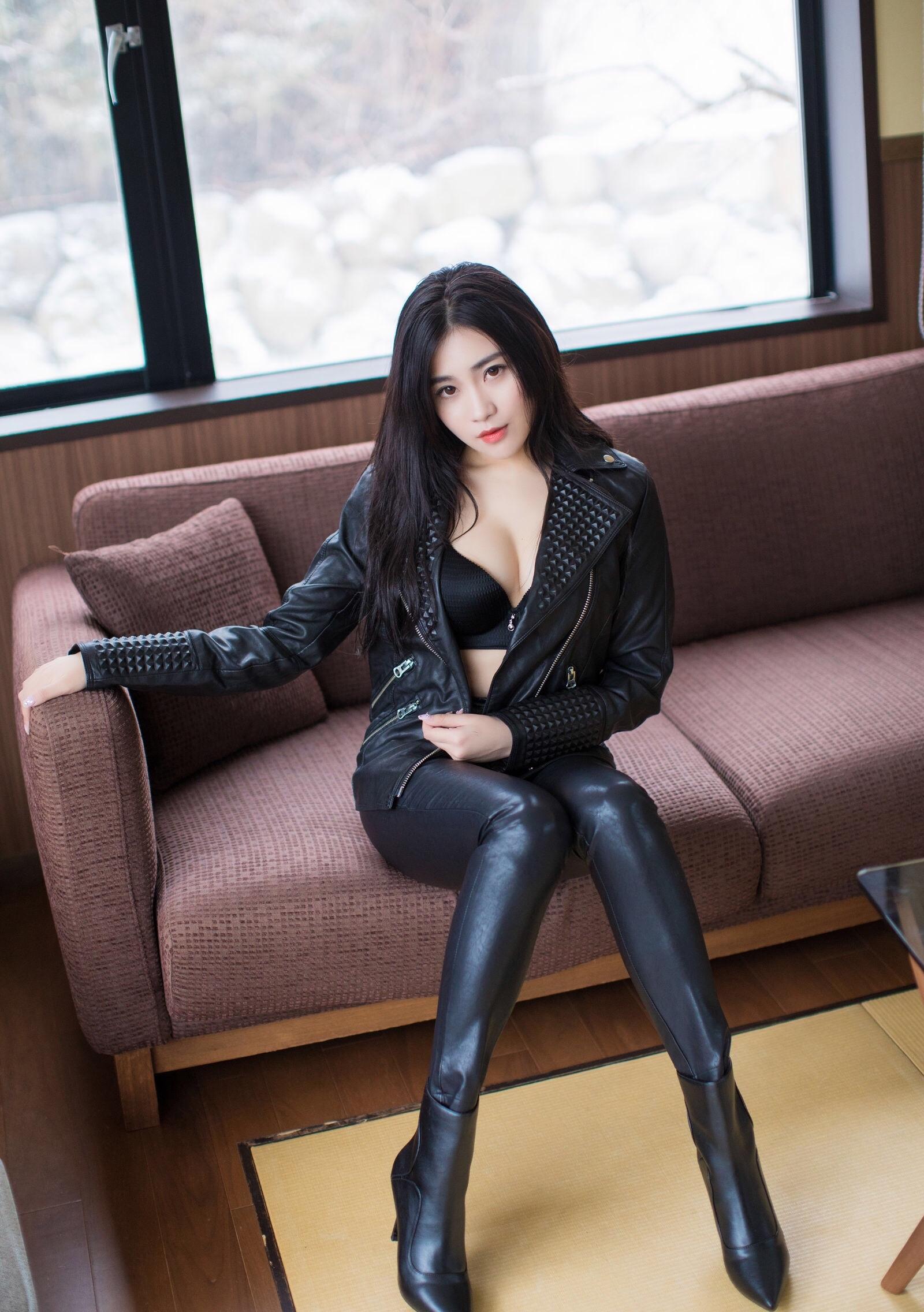 Xu Nuoのセクシーなレザーパンツ足 3