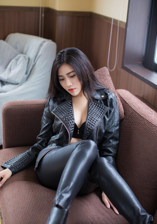 Xu Nuoのセクシーなレザーパンツ足 10