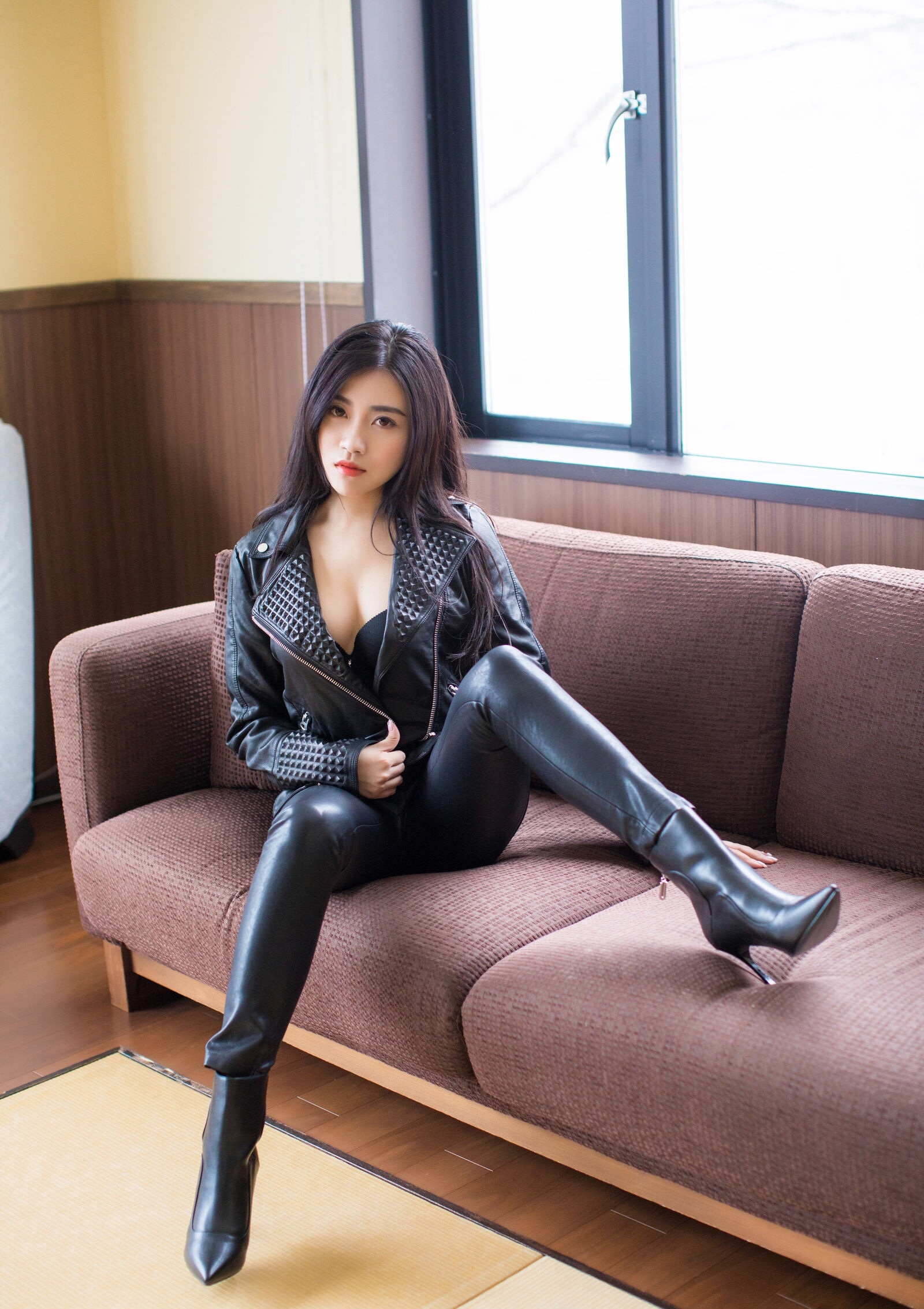 Xu Nuoのセクシーなレザーパンツ足 11