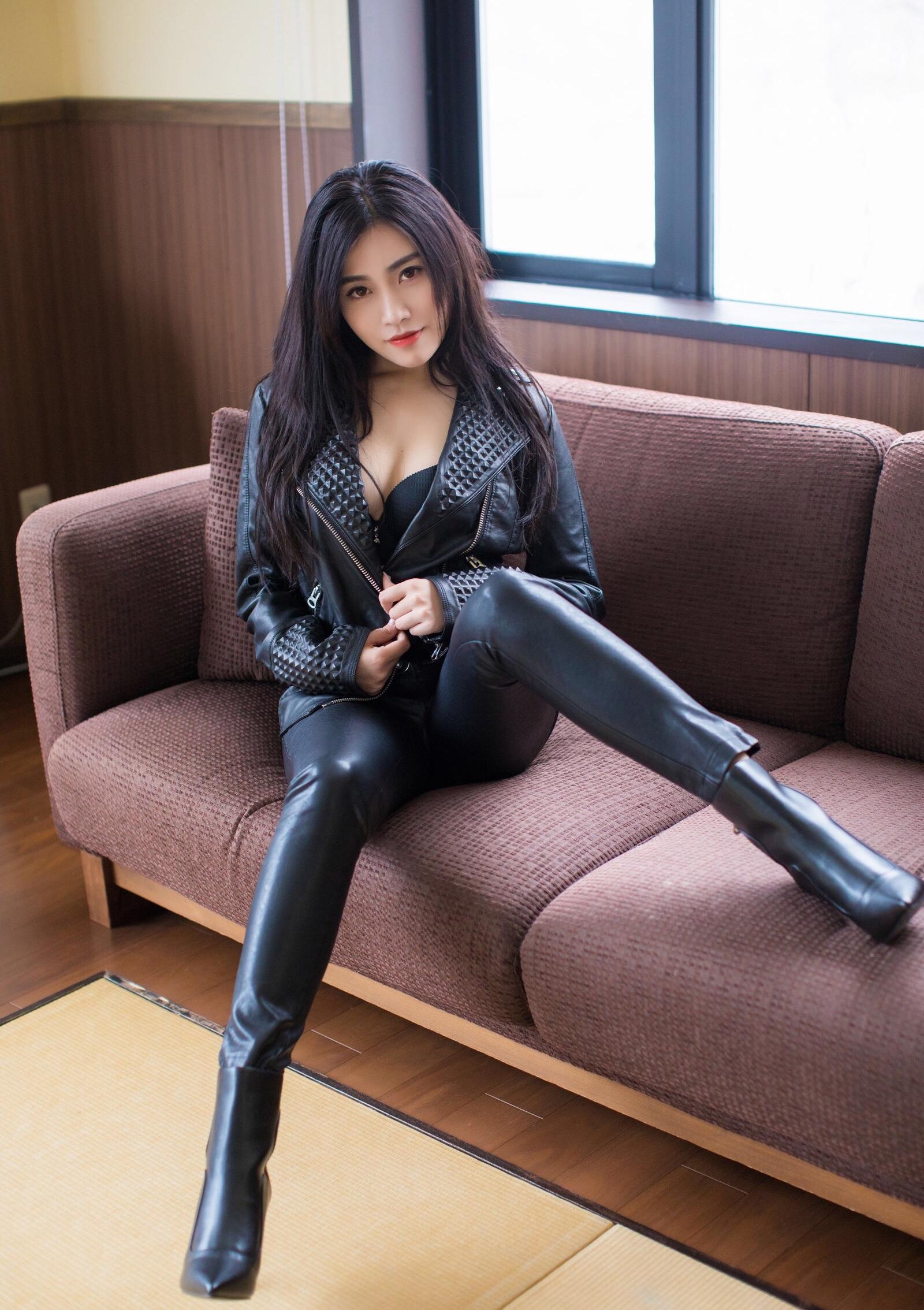 Xu Nuoのセクシーなレザーパンツ足 12