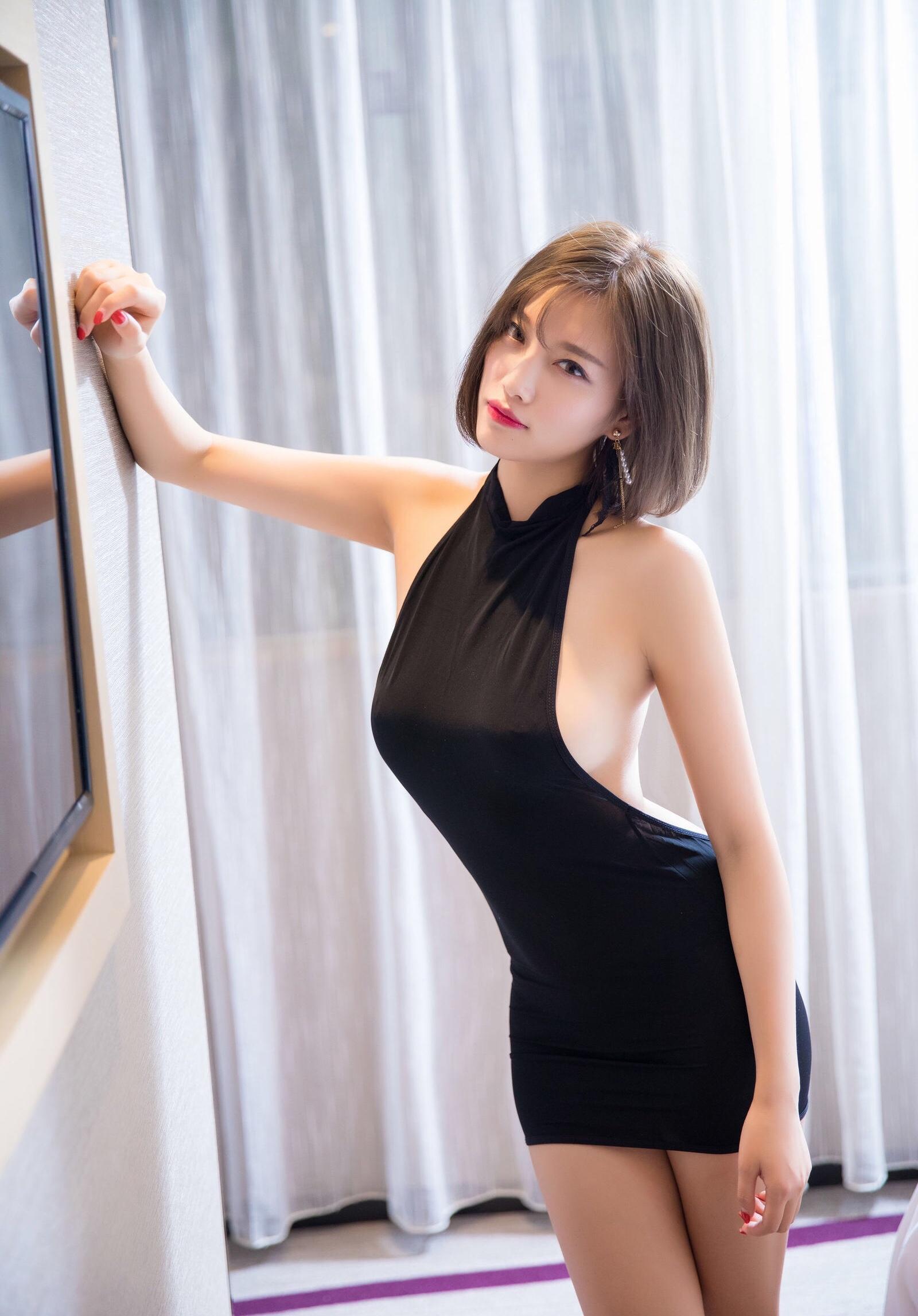 杨晨晨のセクシーすぎるボディコンドレス 20