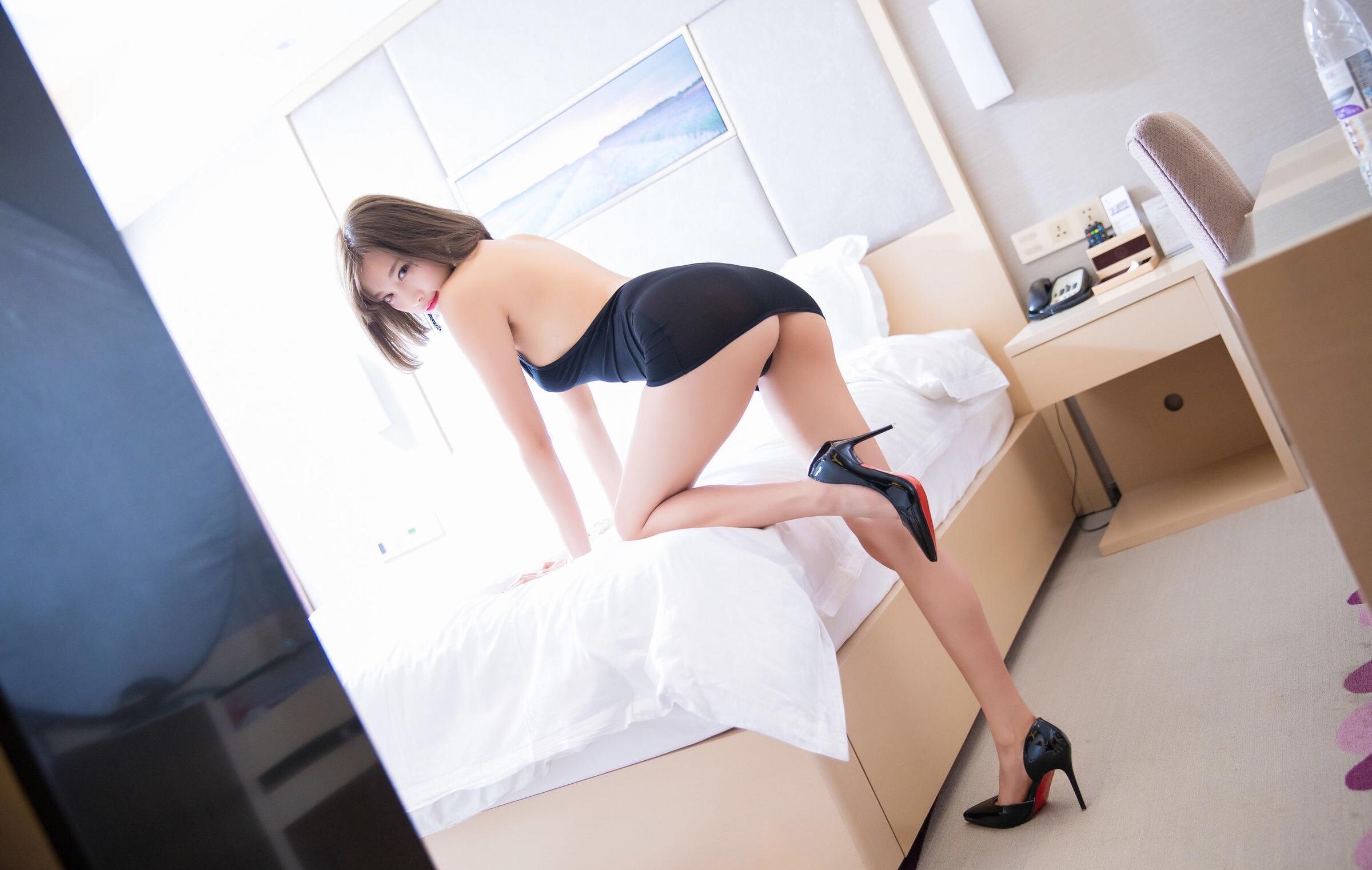 杨晨晨のセクシーすぎるボディコンドレス 24