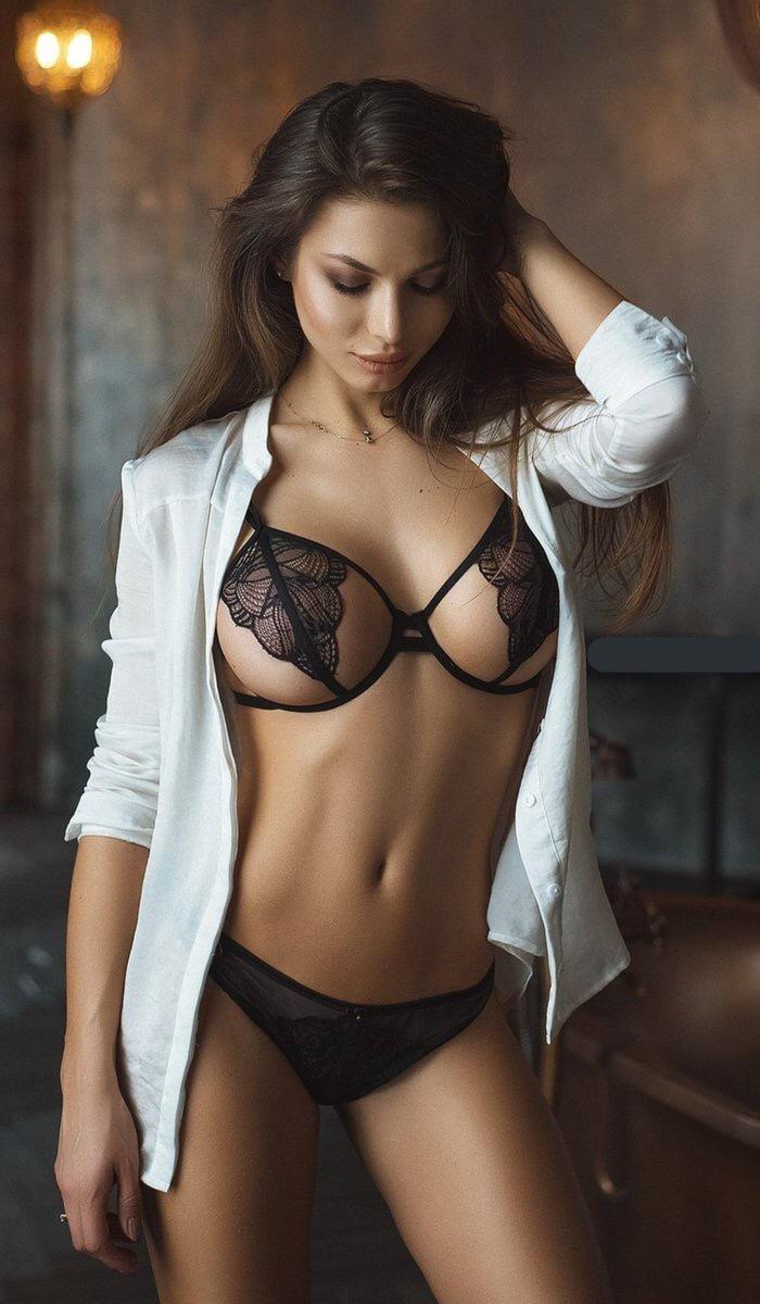 下着姿がエロい外国人美女 41