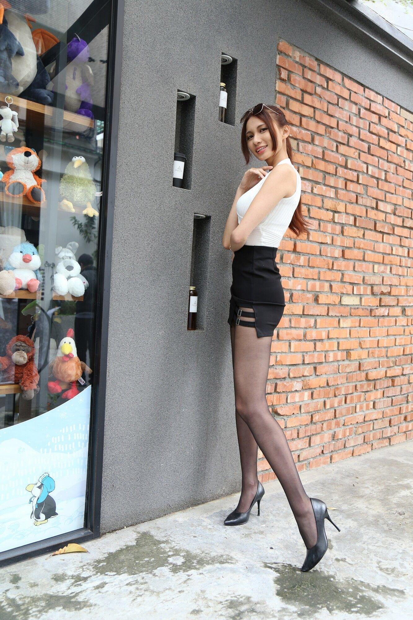 台湾美女Candiceの黒パンスト美脚 19