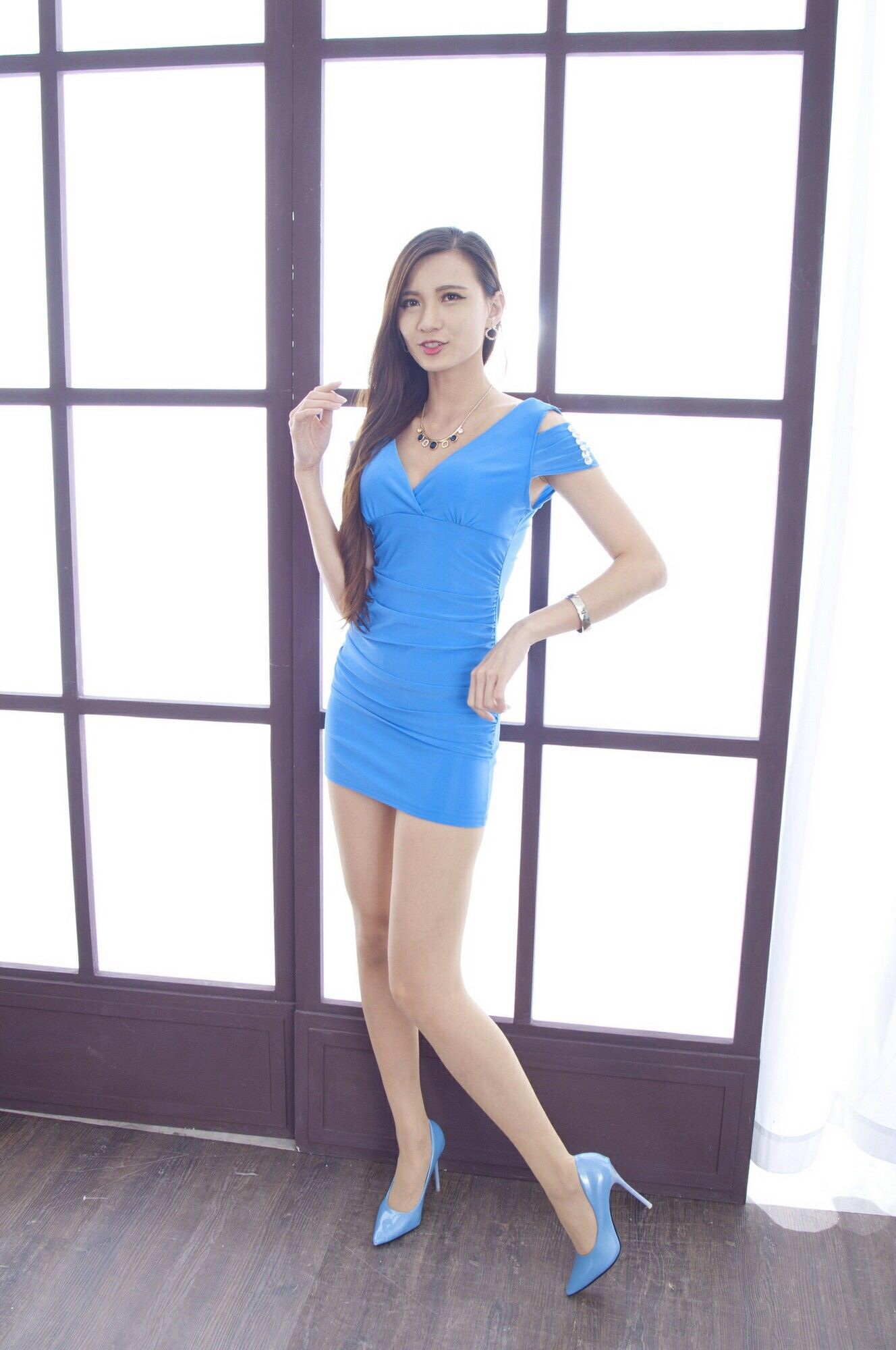 青いドレスを着用したCandiceの美脚 17