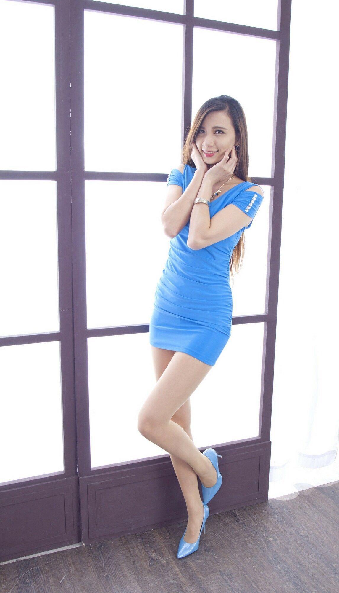 青いドレスを着用したCandiceの美脚 14