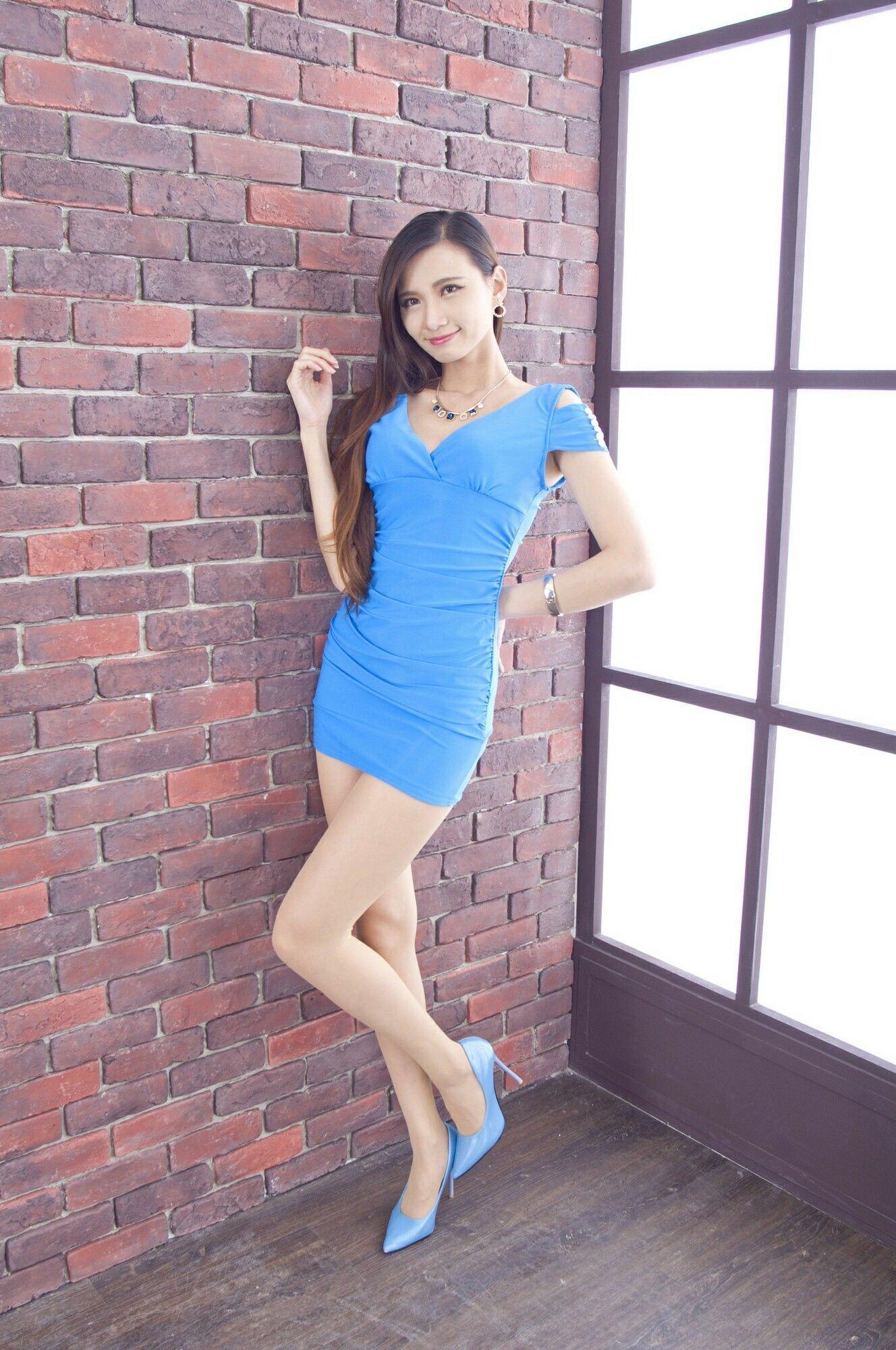 青いドレスを着用したCandiceの美脚 13