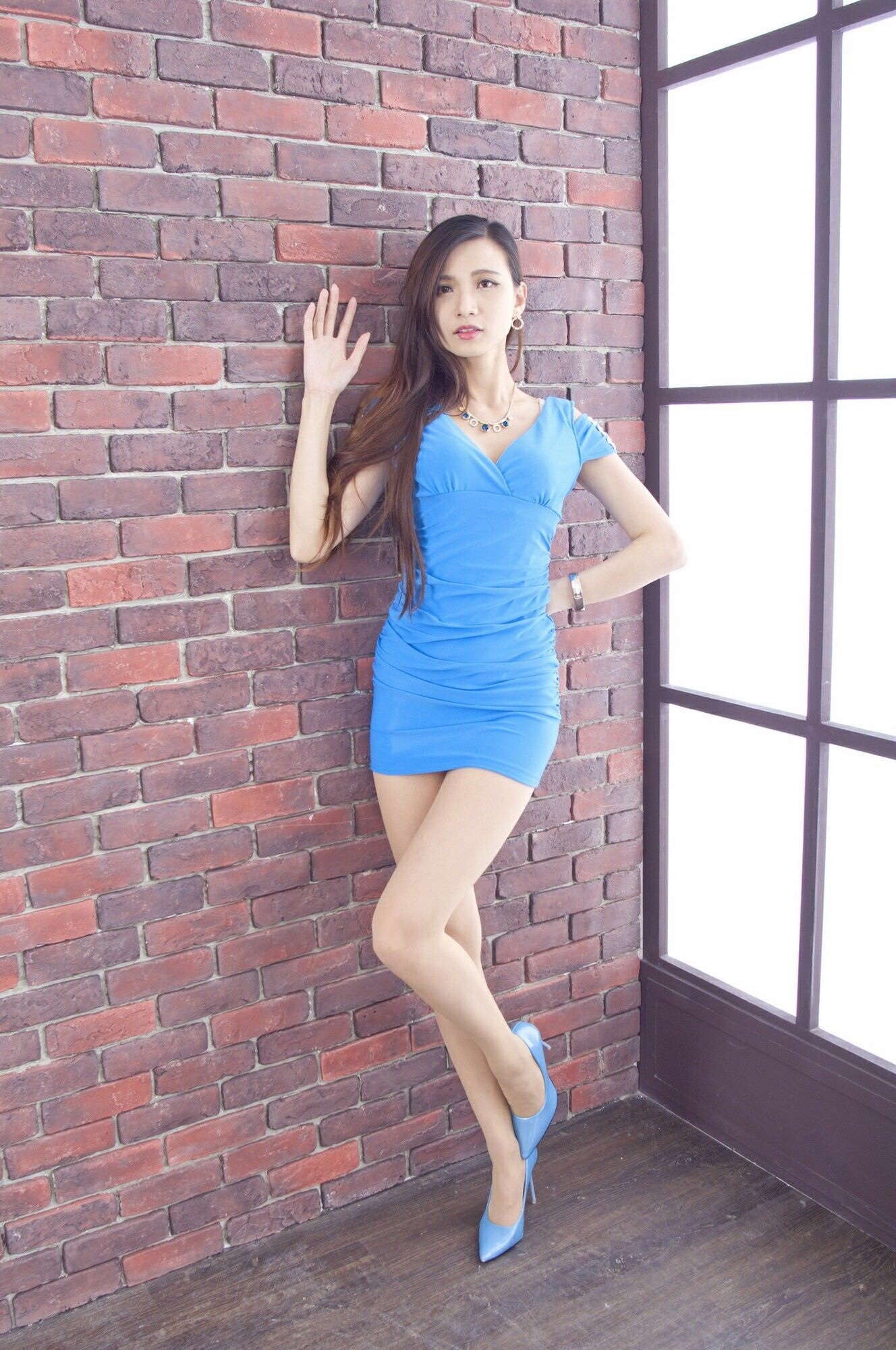 青いドレスを着用したCandiceの美脚 10