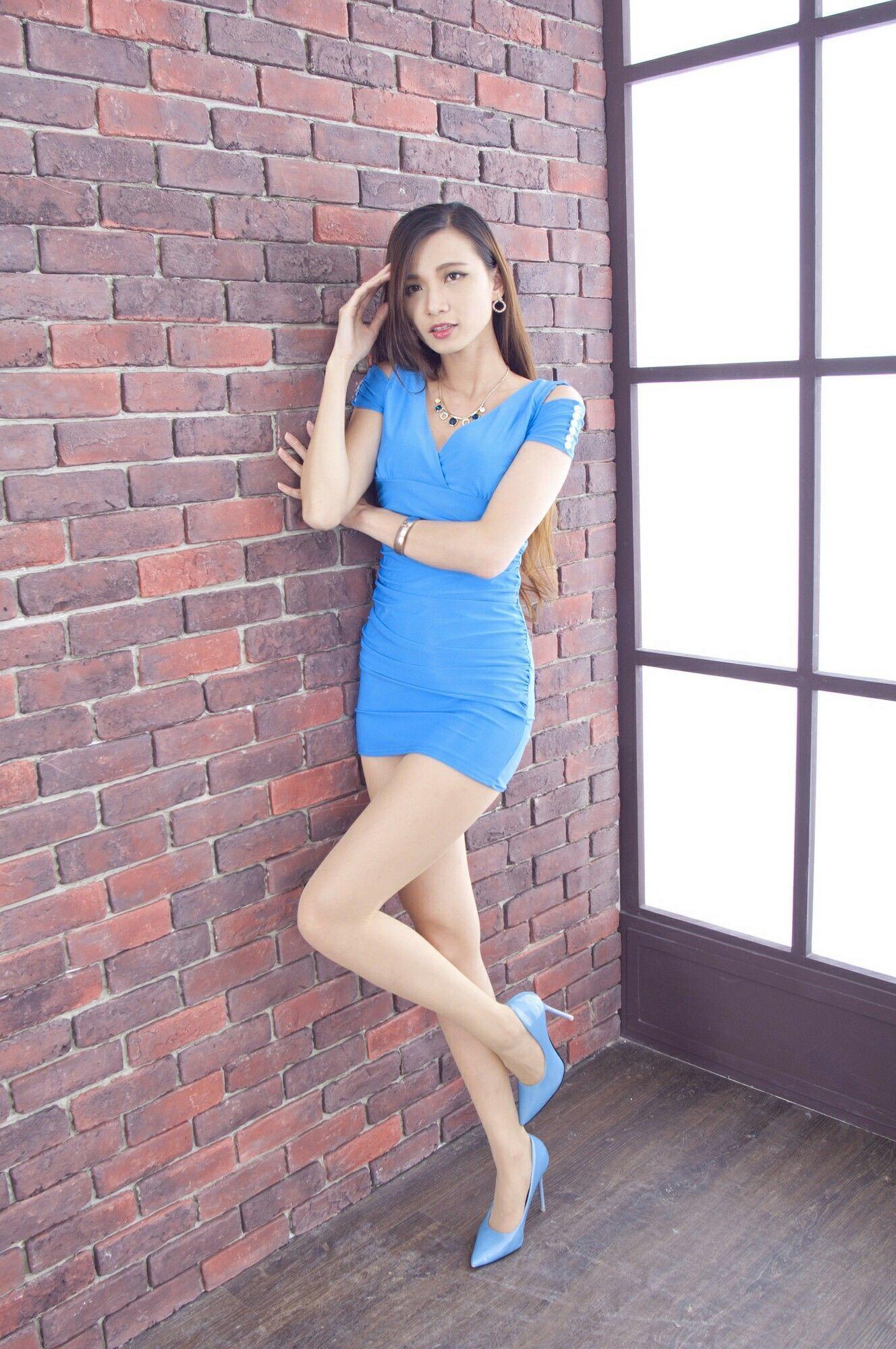青いドレスを着用したCandiceの美脚 8