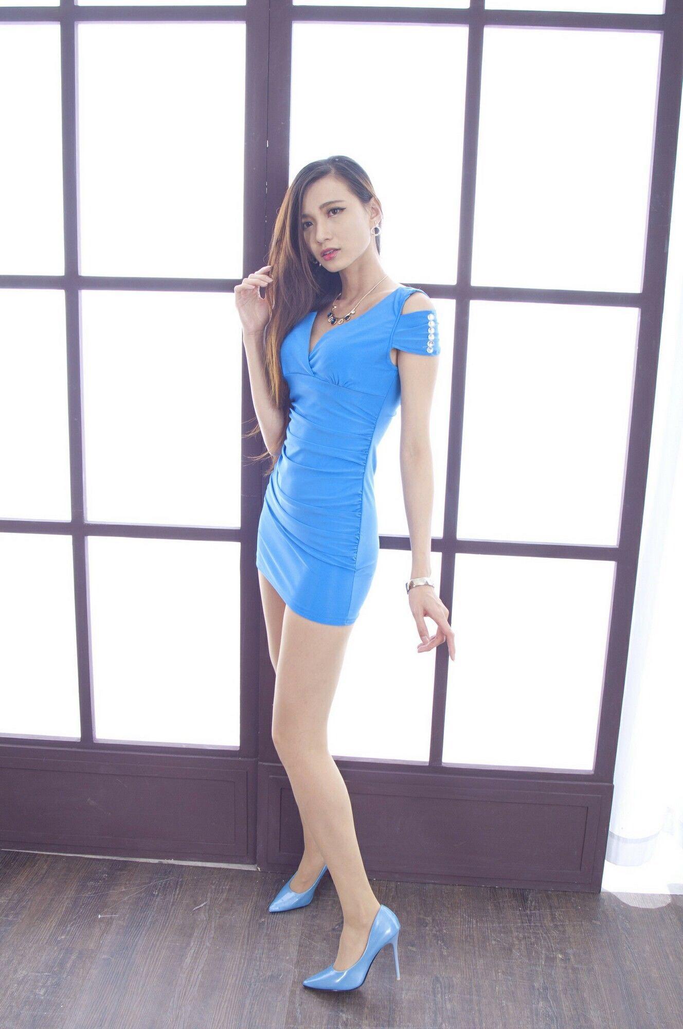 青いドレスを着用したCandiceの美脚 4