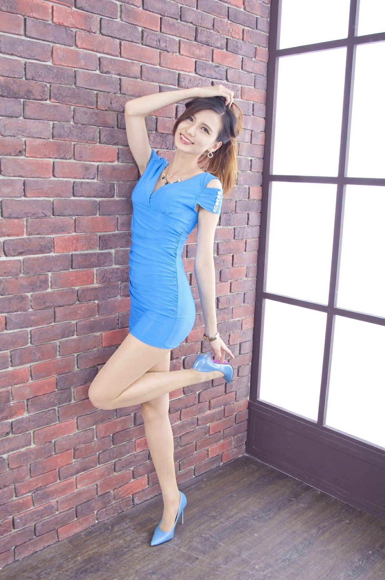 青いドレスを着用したCandiceの美脚