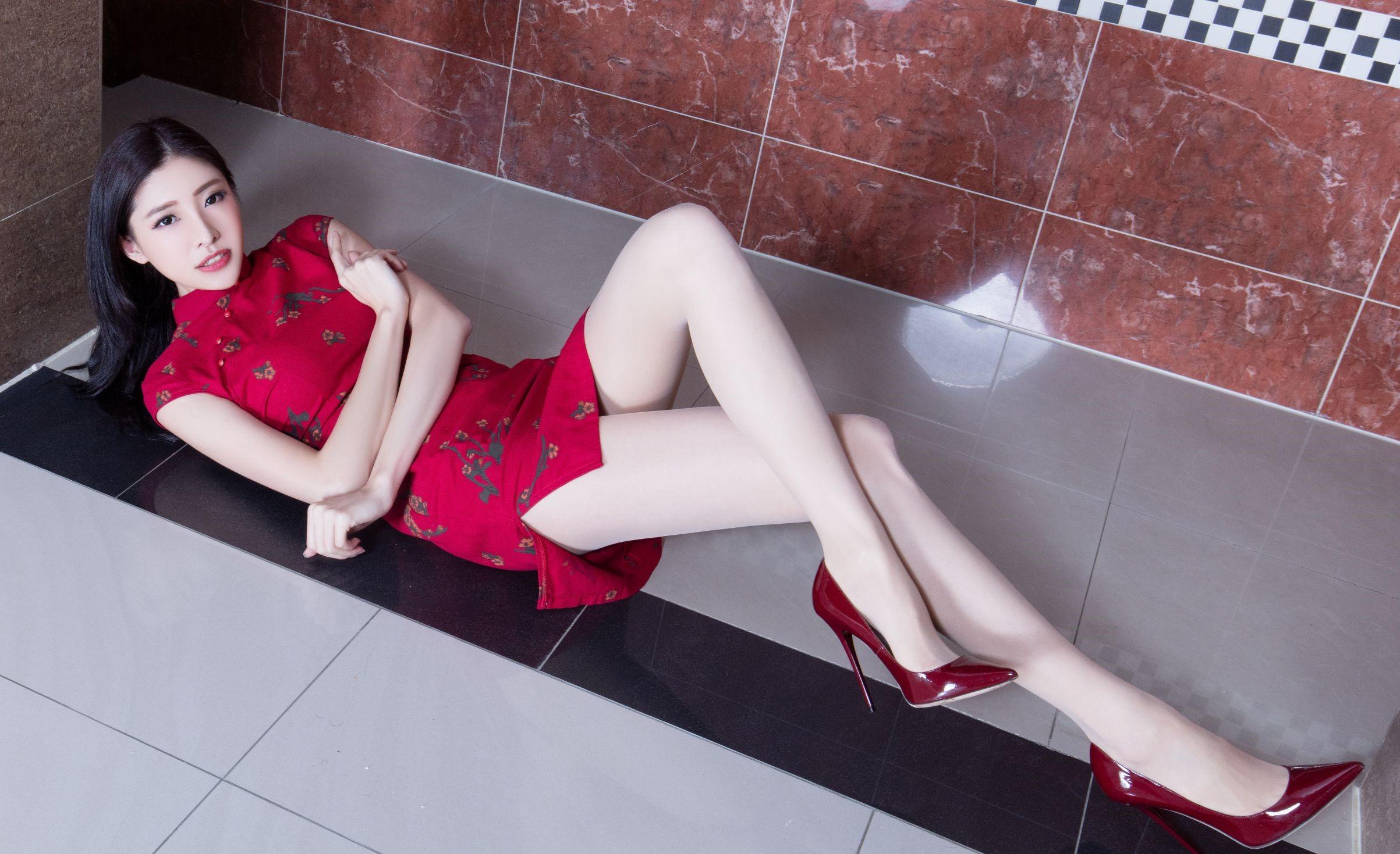 セクシーなチャイナドレスを着たBEAUTYLEG Abby 19