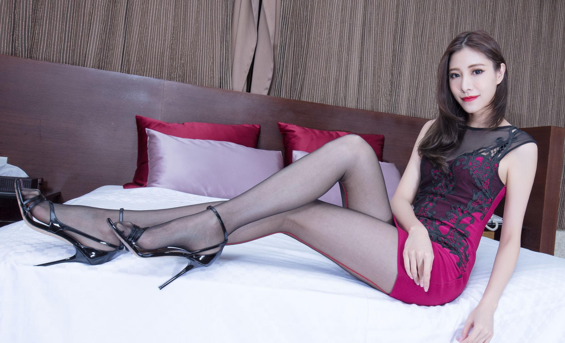 ドレスを着た美女の黒パンスト足 10