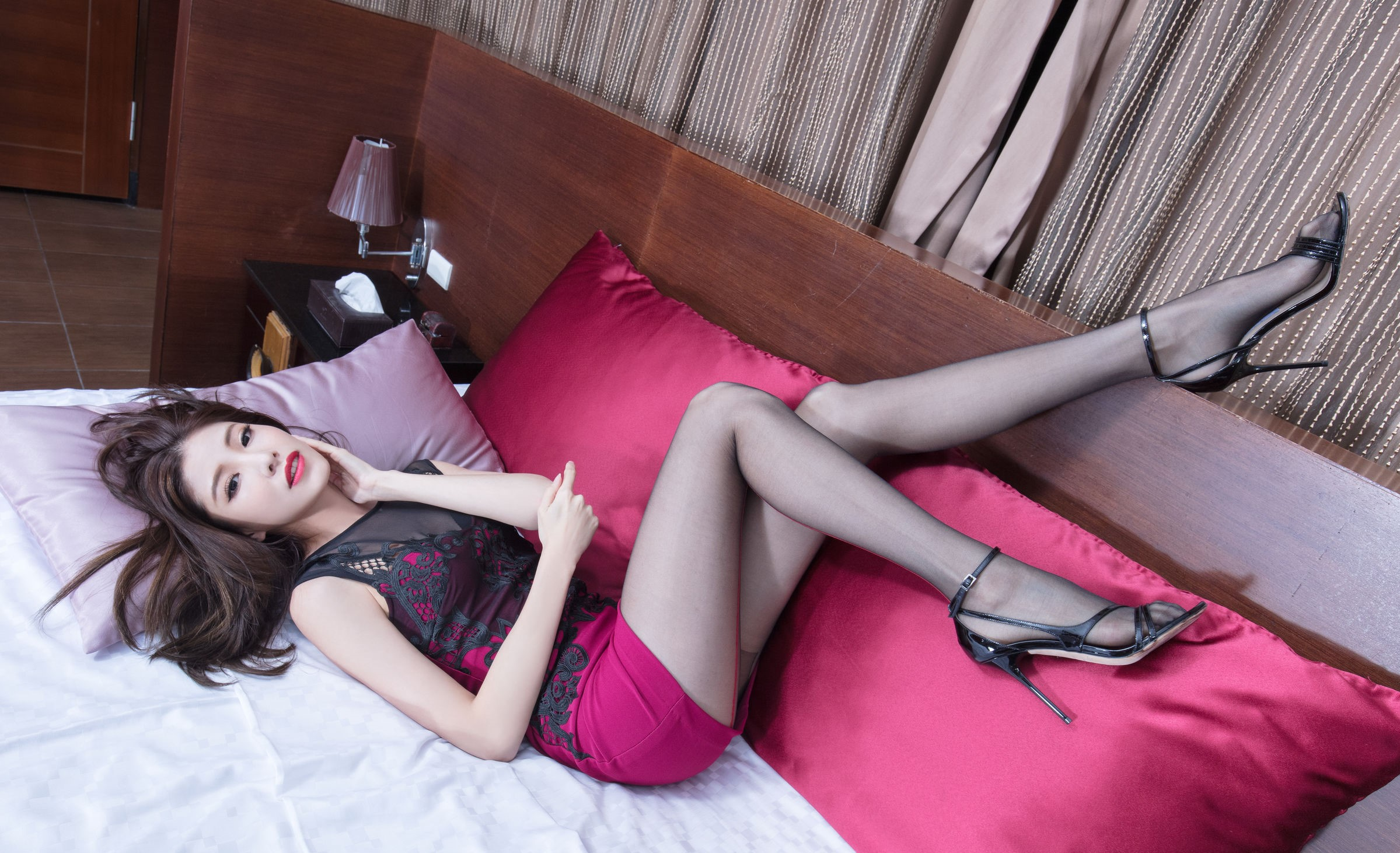 ドレスを着た美女の黒パンスト足 17