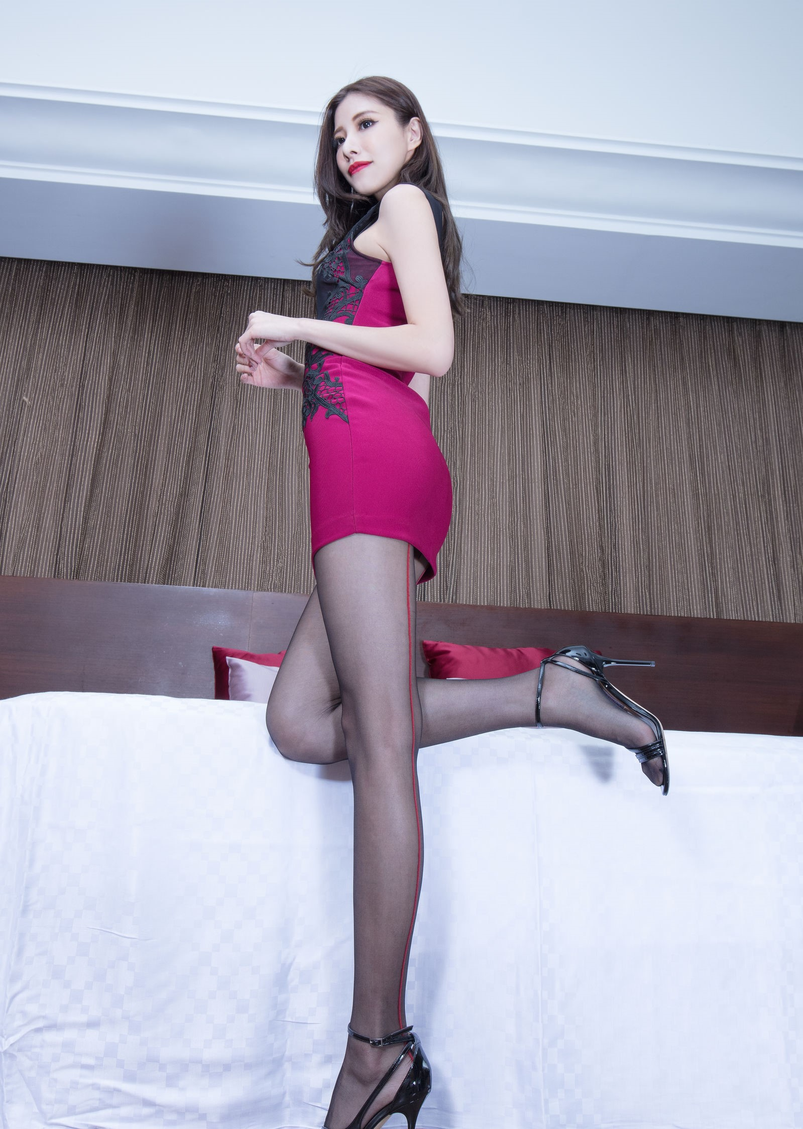 ドレスを着た美女の黒パンスト足 4