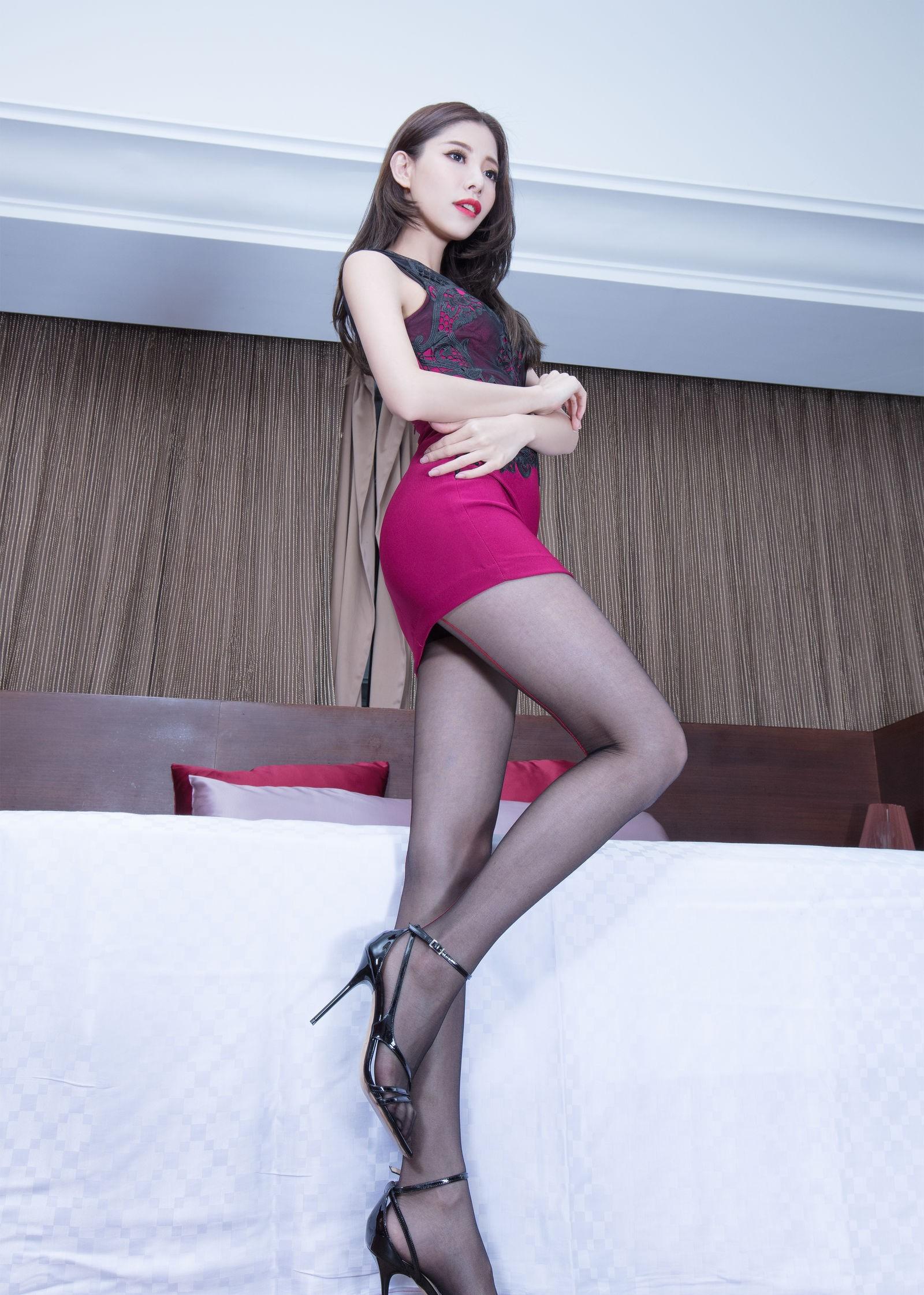 ドレスを着た美女の黒パンスト足 6