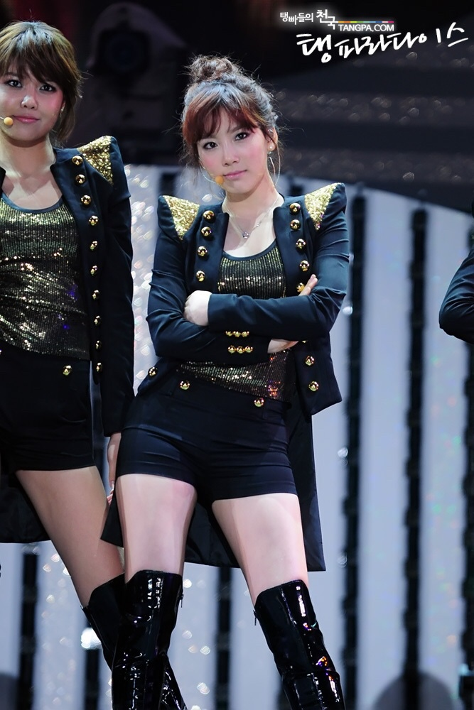 SNSD taeyeon wearing hot pants and high boots 14