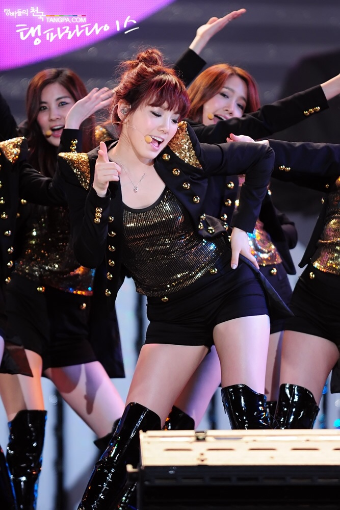 SNSD taeyeon wearing hot pants and high boots 7