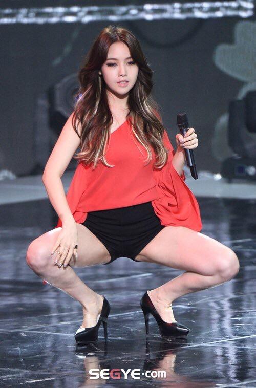 ガニ股で誘惑するK-popアイドル