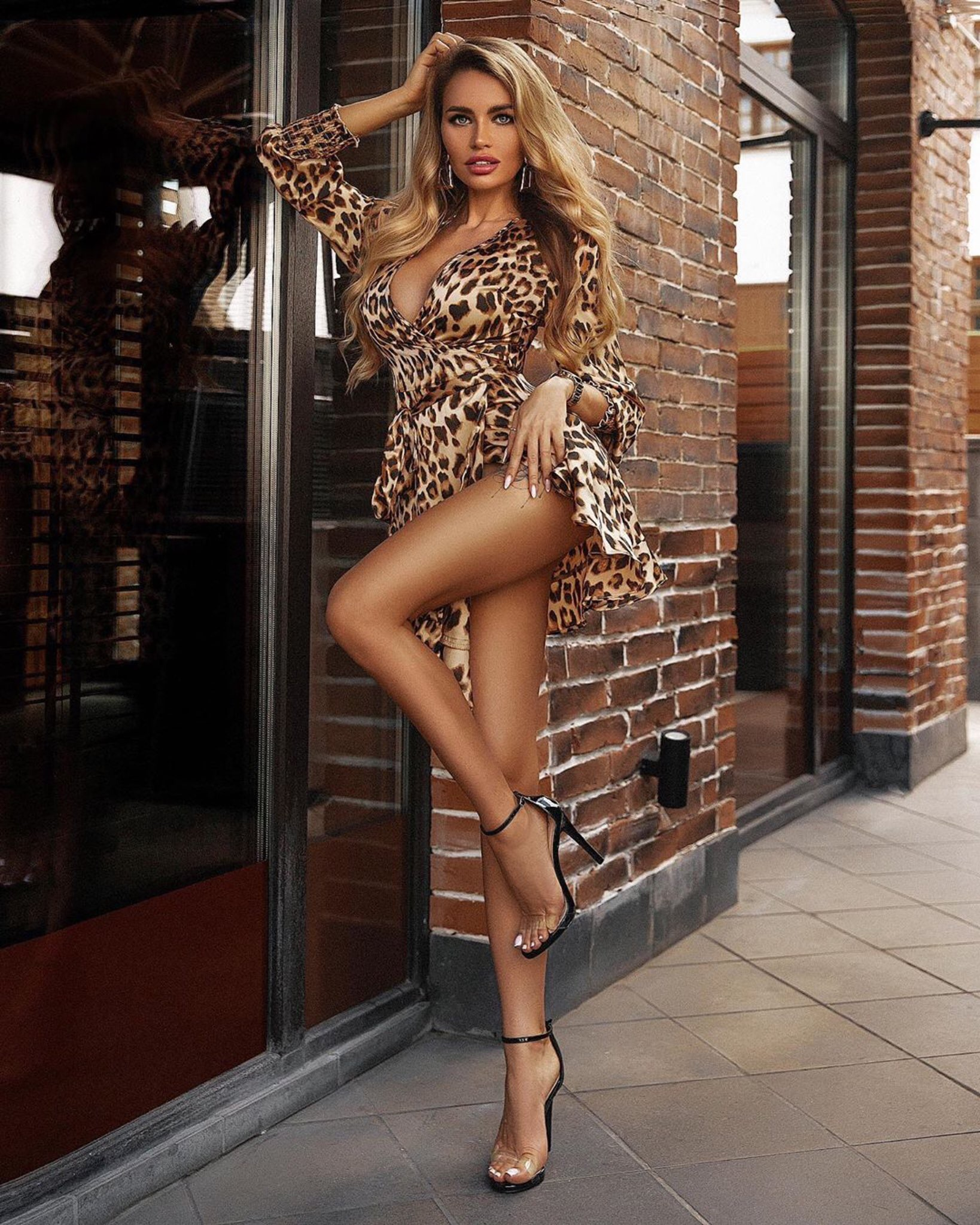 sexy-model-wearing-leopard-print-dress