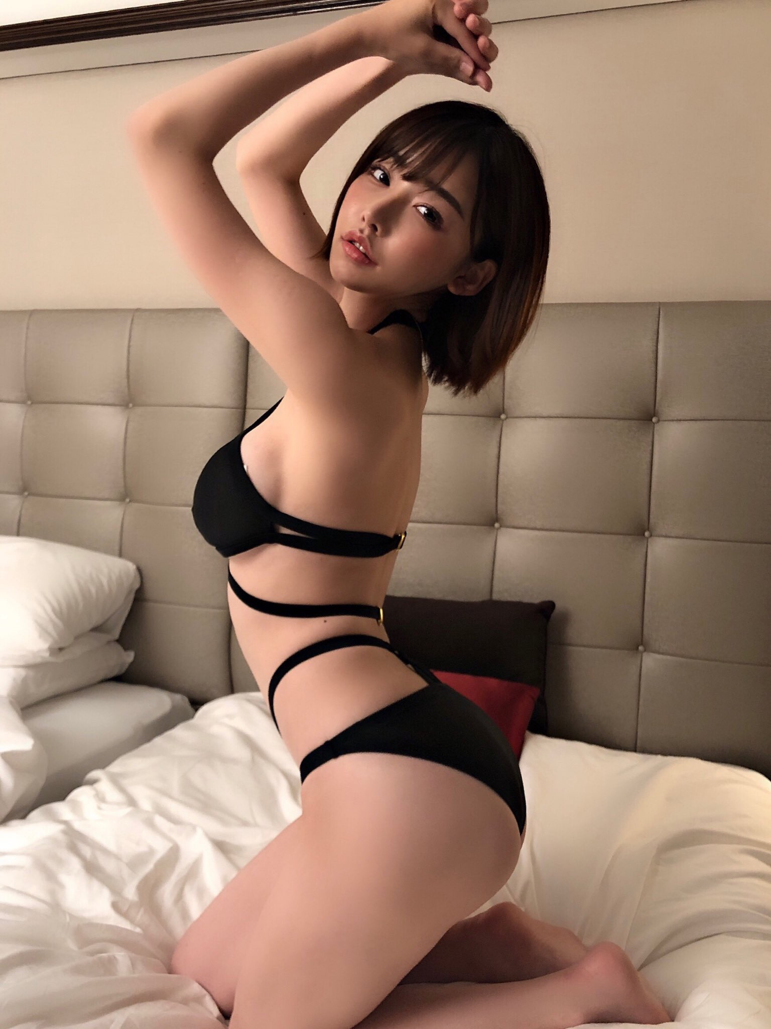 深田えいみのセクシー黒水着 2