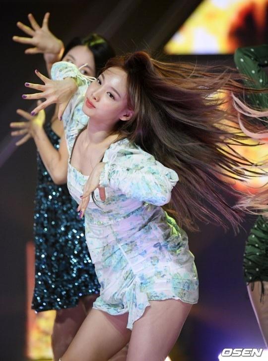 show champion(feel special)で美脚を見せつけるTwiceナヨン 4