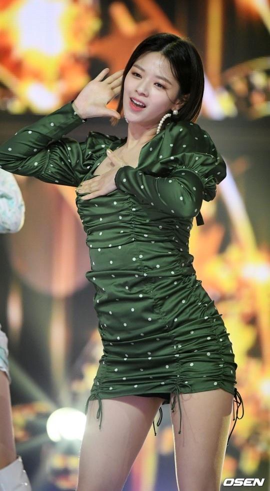 show champion(feel special)で美脚を見せつけるTwiceジョンヨン 2