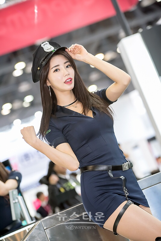 racing model Im sola hot police cosplay in the airport 10