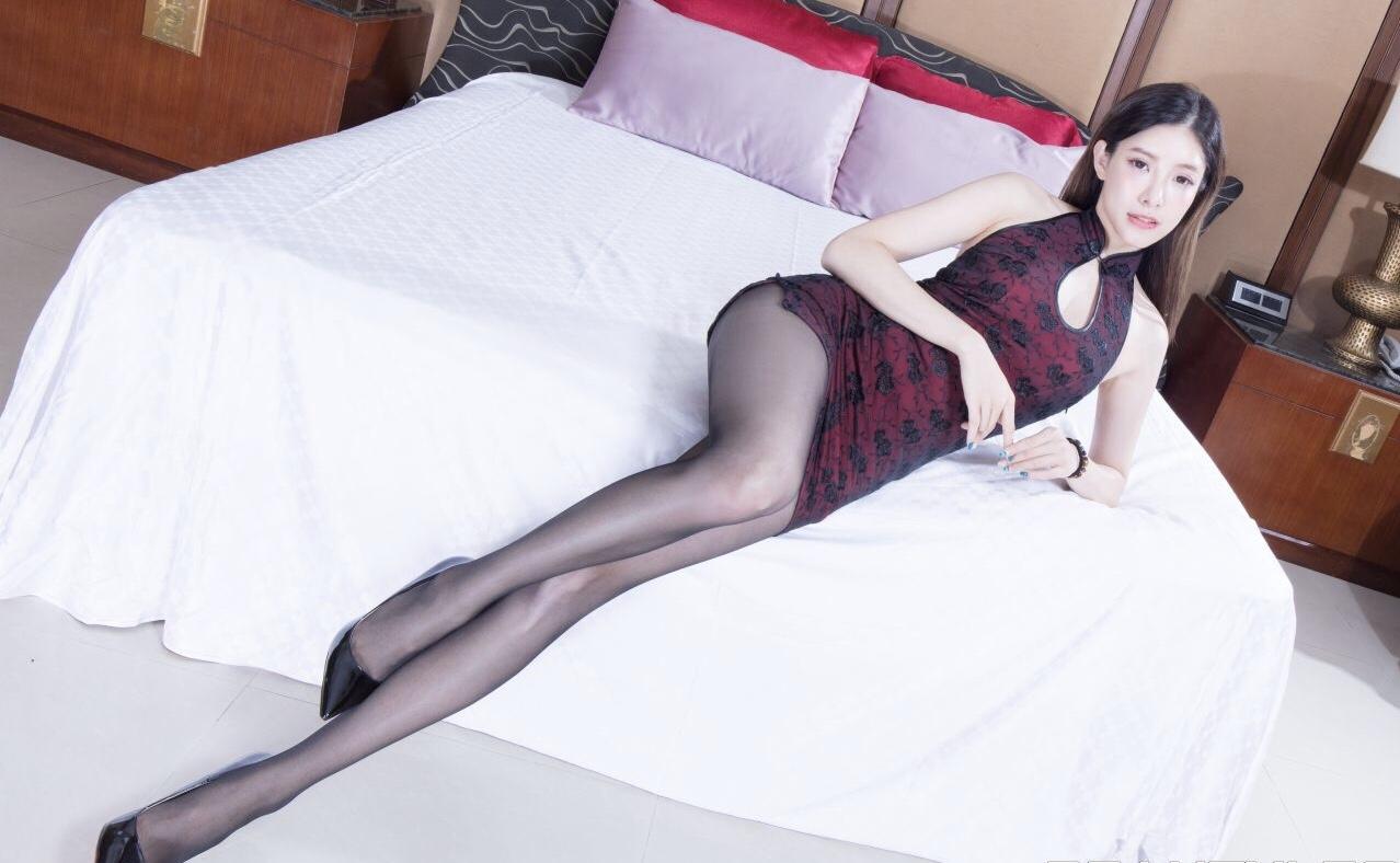 チャイナドレスを着たAbbyのパンスト美脚 10