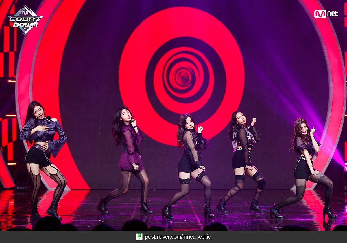 k-popアイドルIZ*ONEのパンスト足 4