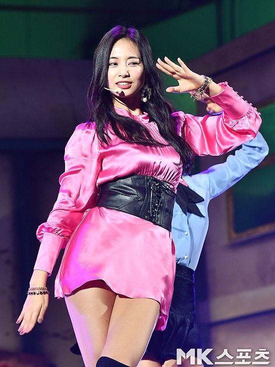 ピンクのサテンドレスを着たTWICEツウィ 14