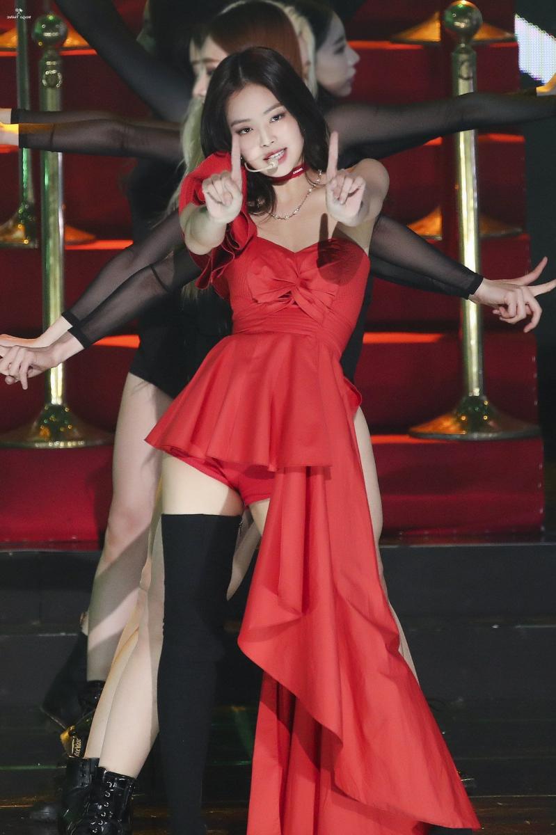赤いドレスを着たBlack Pinkジェニー 16