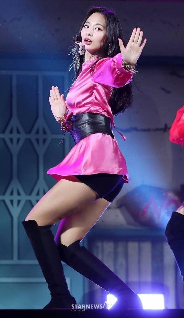 ピンクのサテンドレスを着たTWICEツウィ 3