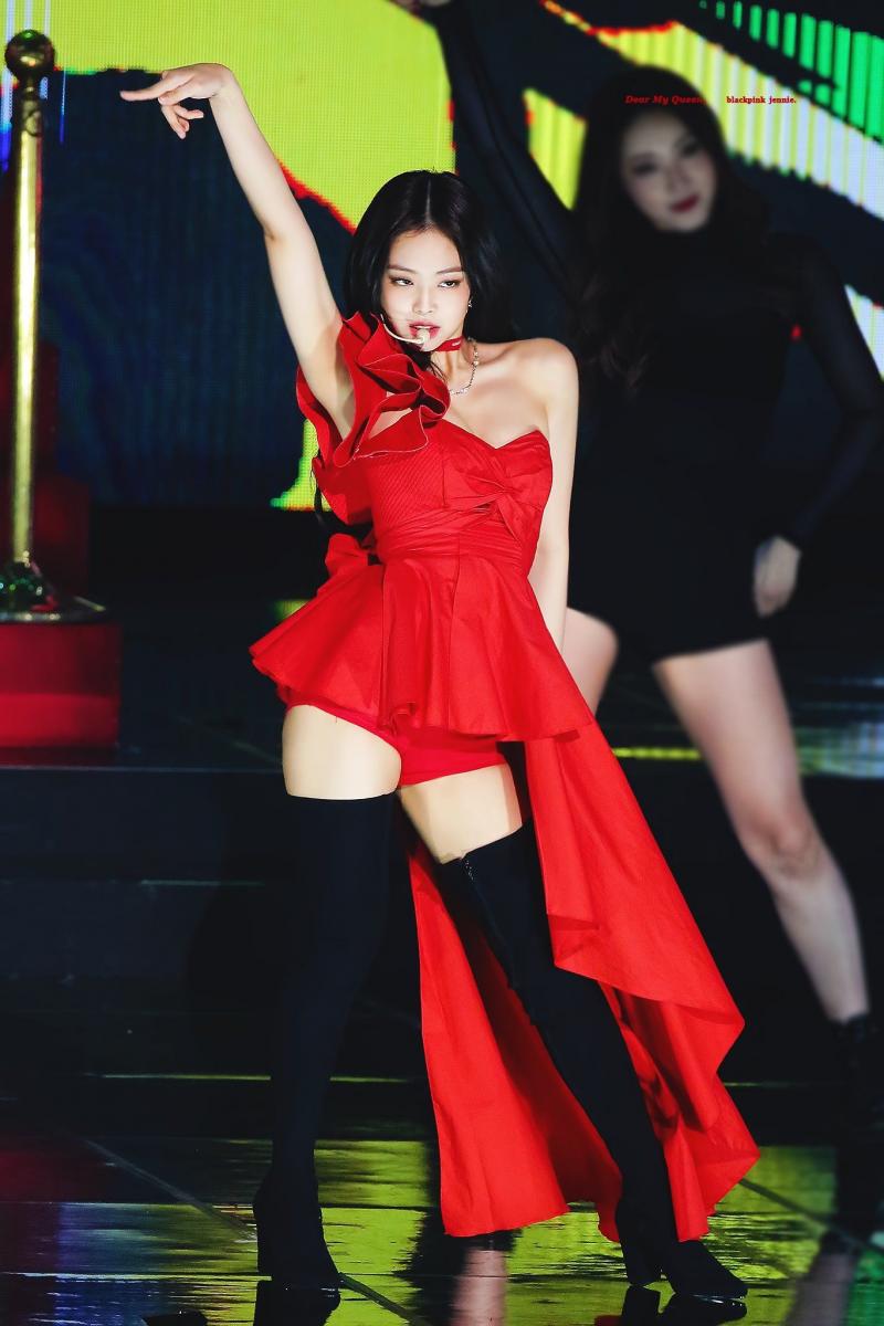 赤いドレスを着たBlack Pinkジェニー 3